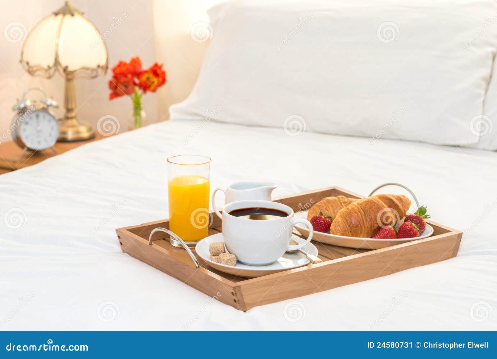 Desayuno servido en cama imagen de archivo imagen de - Bandeja desayuno cama ...