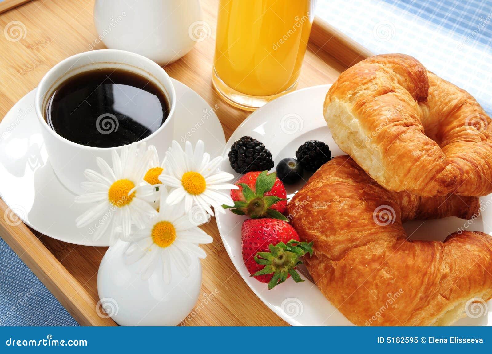 Desayuno servido en una bandeja