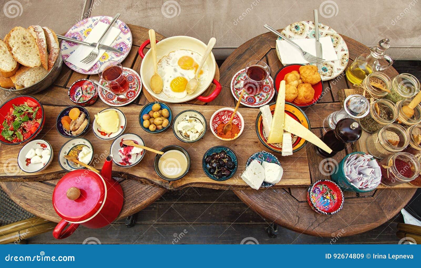 Desayuno turco rico y delicioso en una mesa redonda
