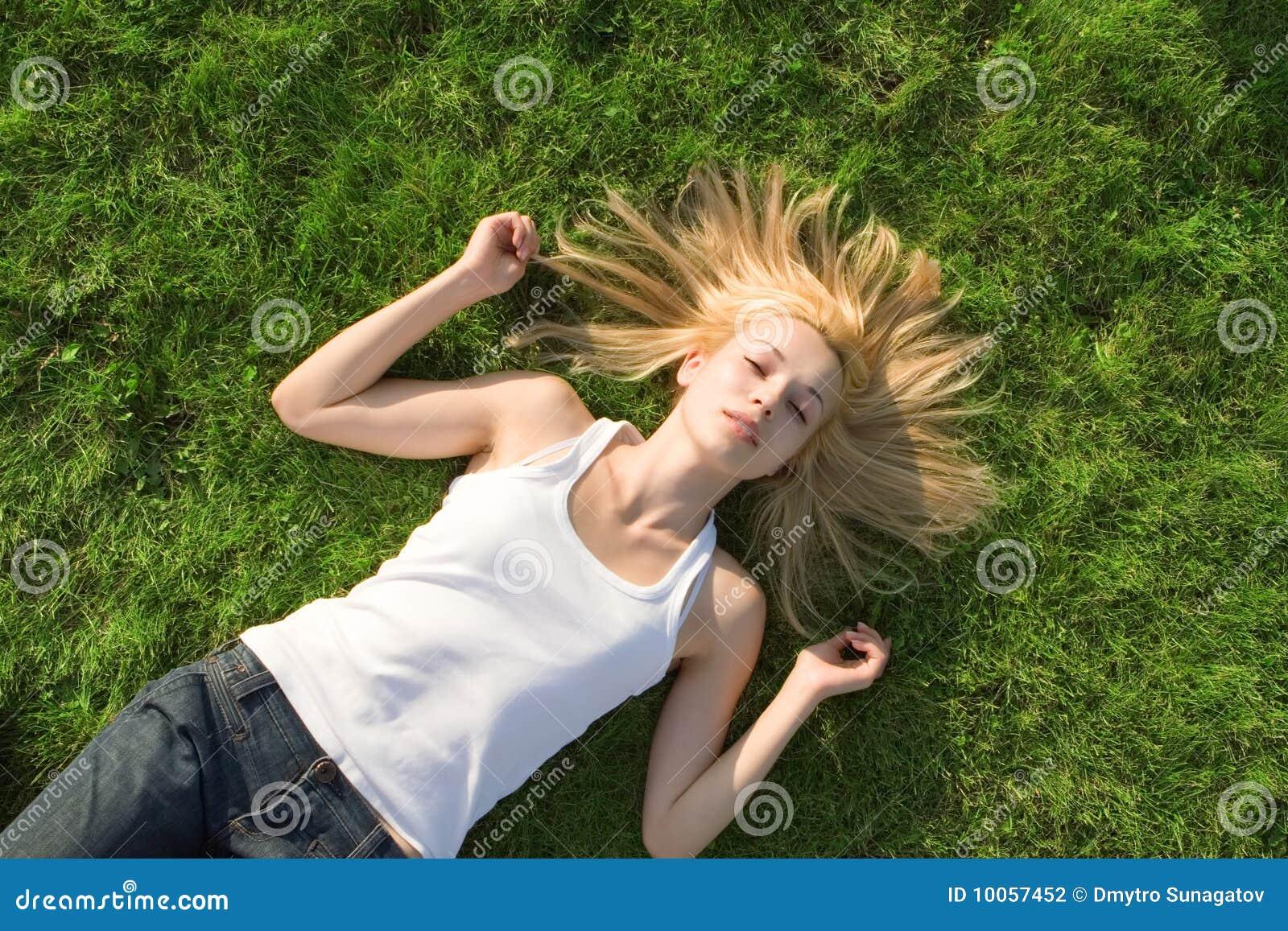 Descanso da mulher na grama