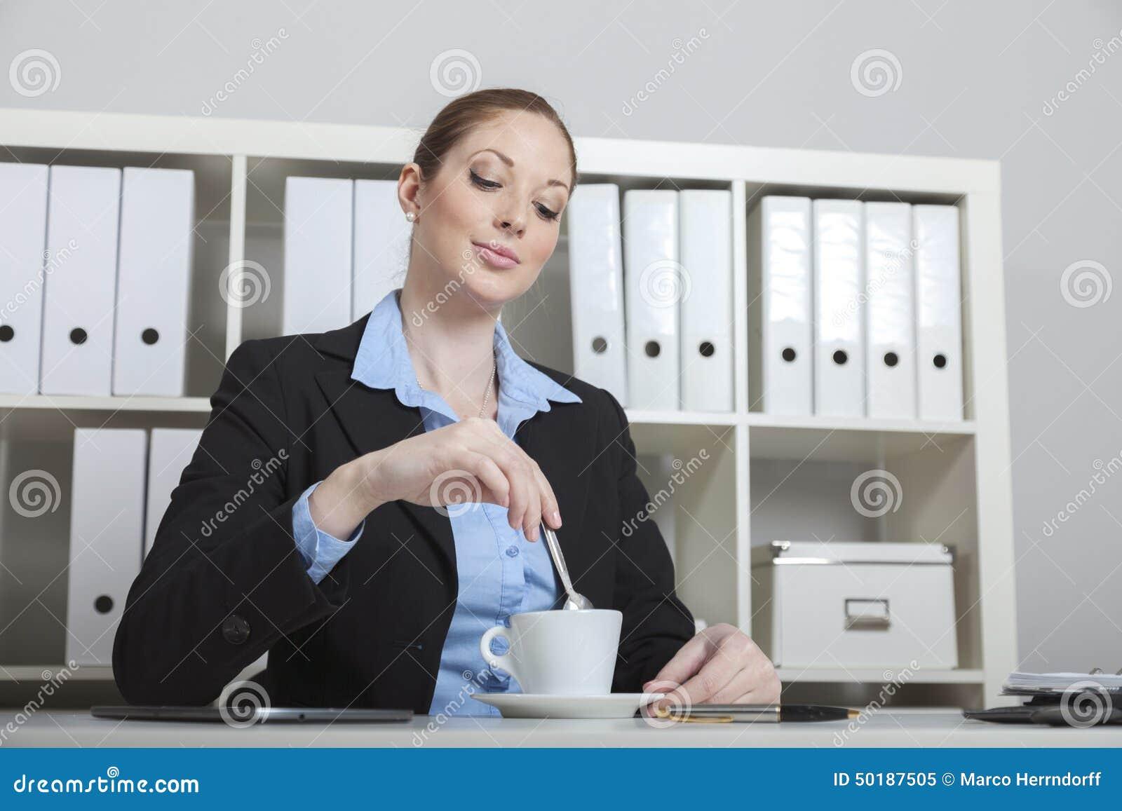 Descanso para tomar caf en la oficina foto de archivo for Xxx porno en la oficina