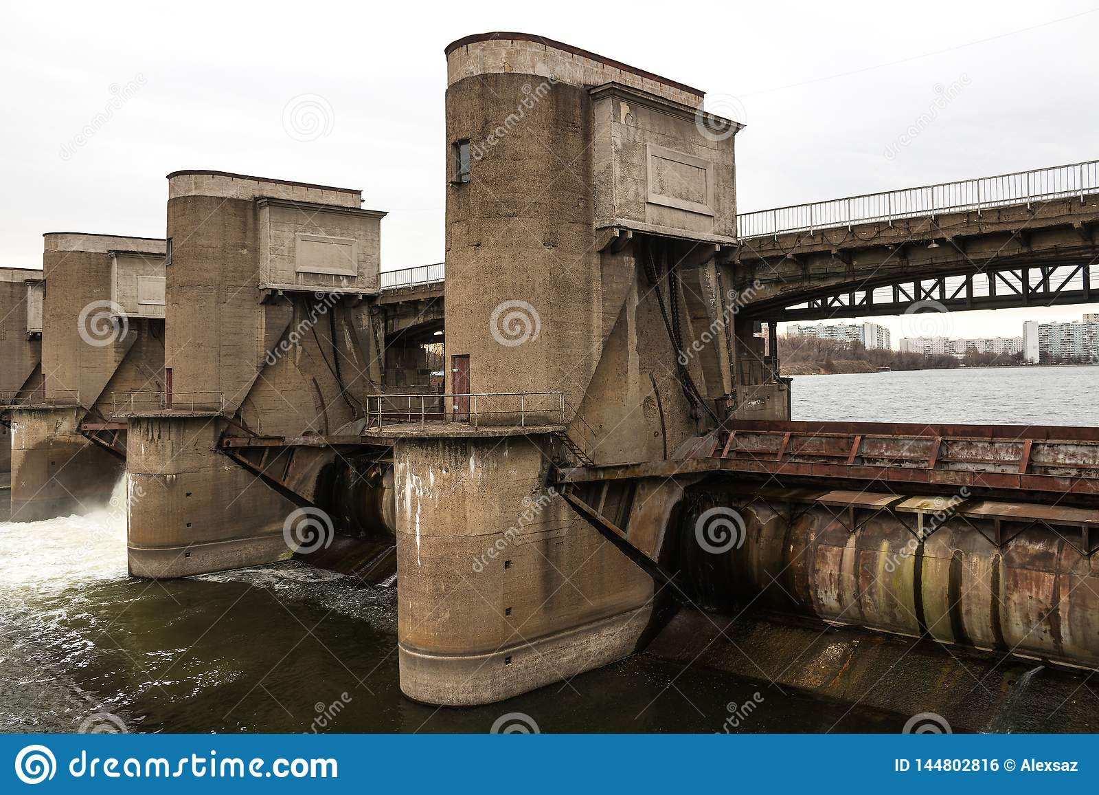 Descarga da água durante o snowmelt da mola na represa de Perervinsk instalada no rio de Moscou, para manter o nível de água a