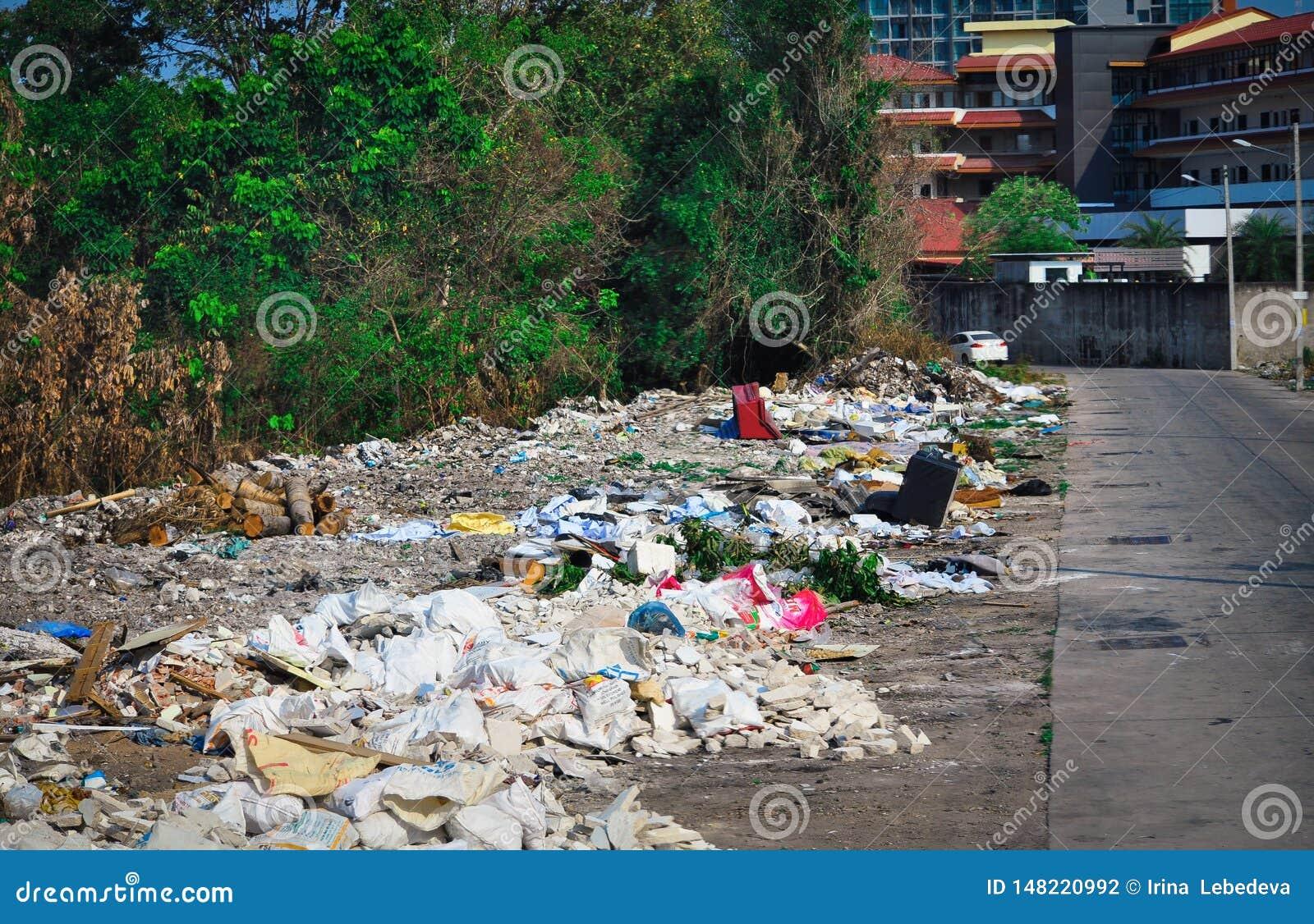 Descarga de lixo nas ruas de Pattaya em Tailândia