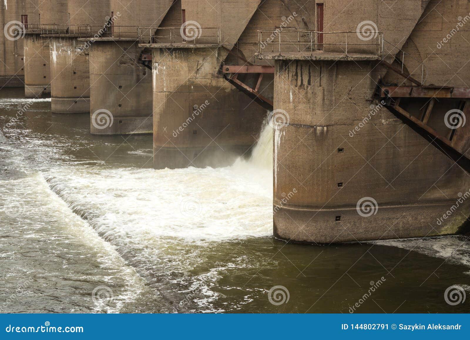 Descarga del agua durante el snowmelt de la primavera en la presa de Perervinsk instalada en el río de Moscú, para mantener el