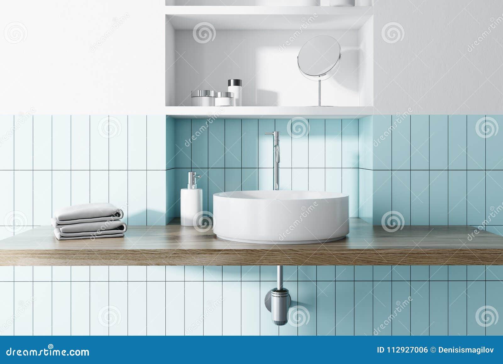 Descendez Dans Un Intérieur Bleu Et Blanc De Salle De Bains ...