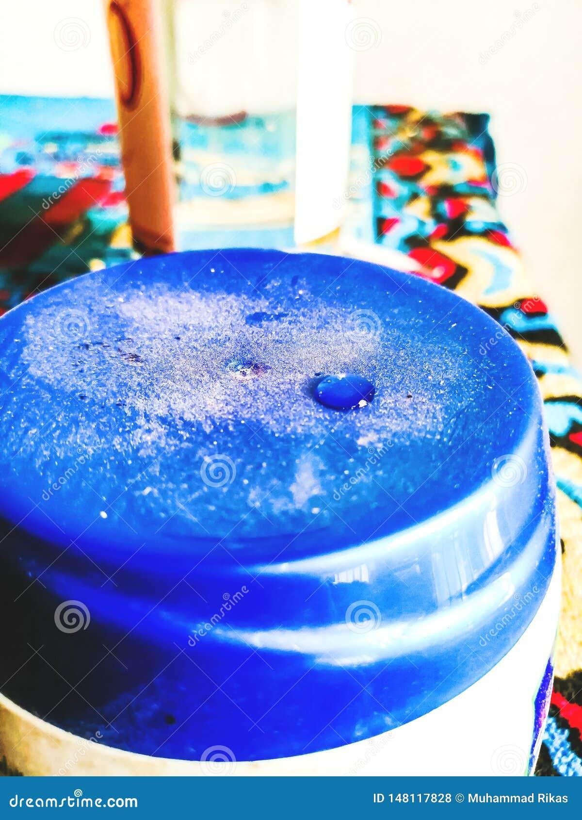 Descenso del agua en el azul