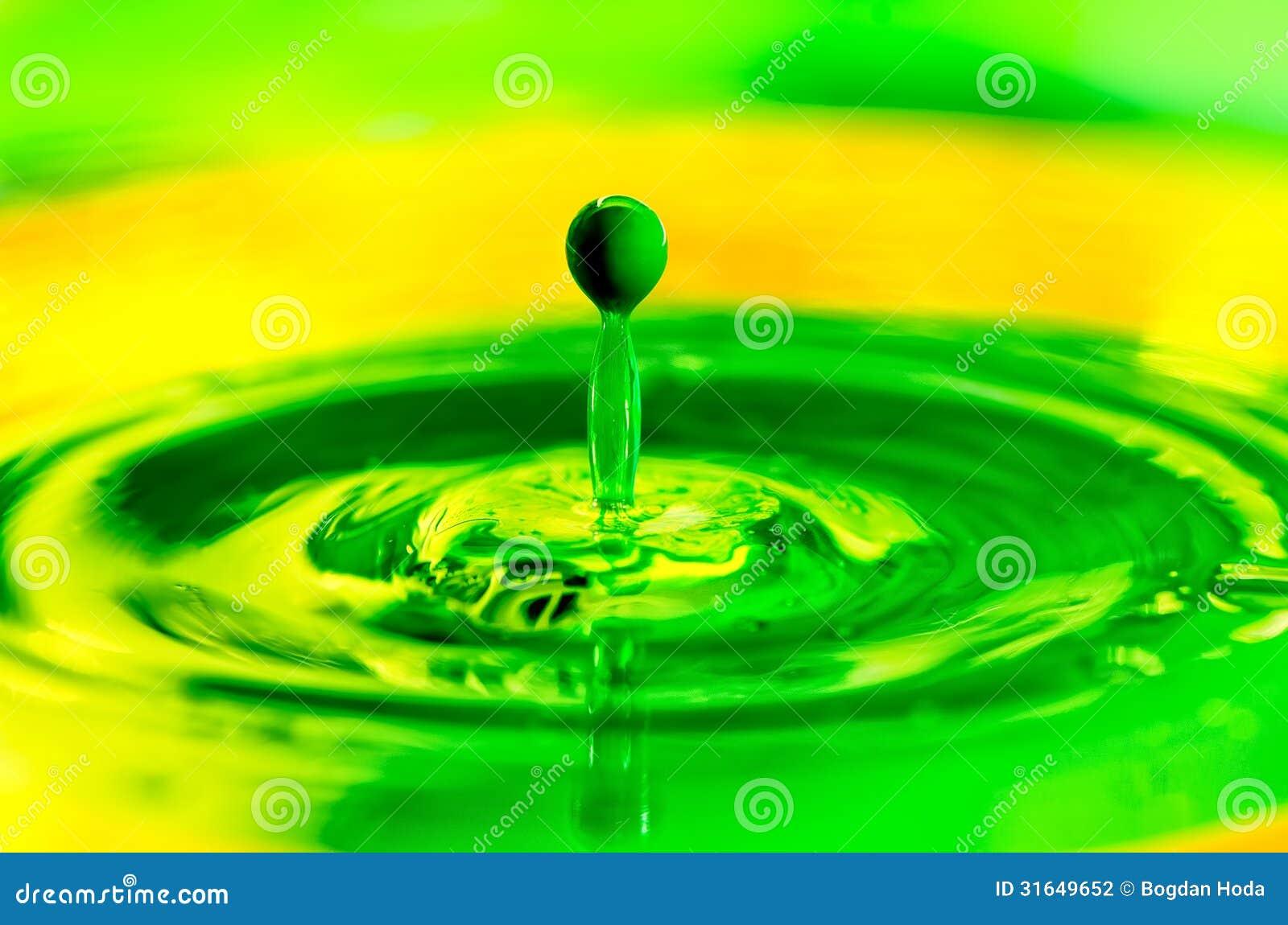 Descenso l quido verde de la pintura que salpica en color for Pintura verde agua