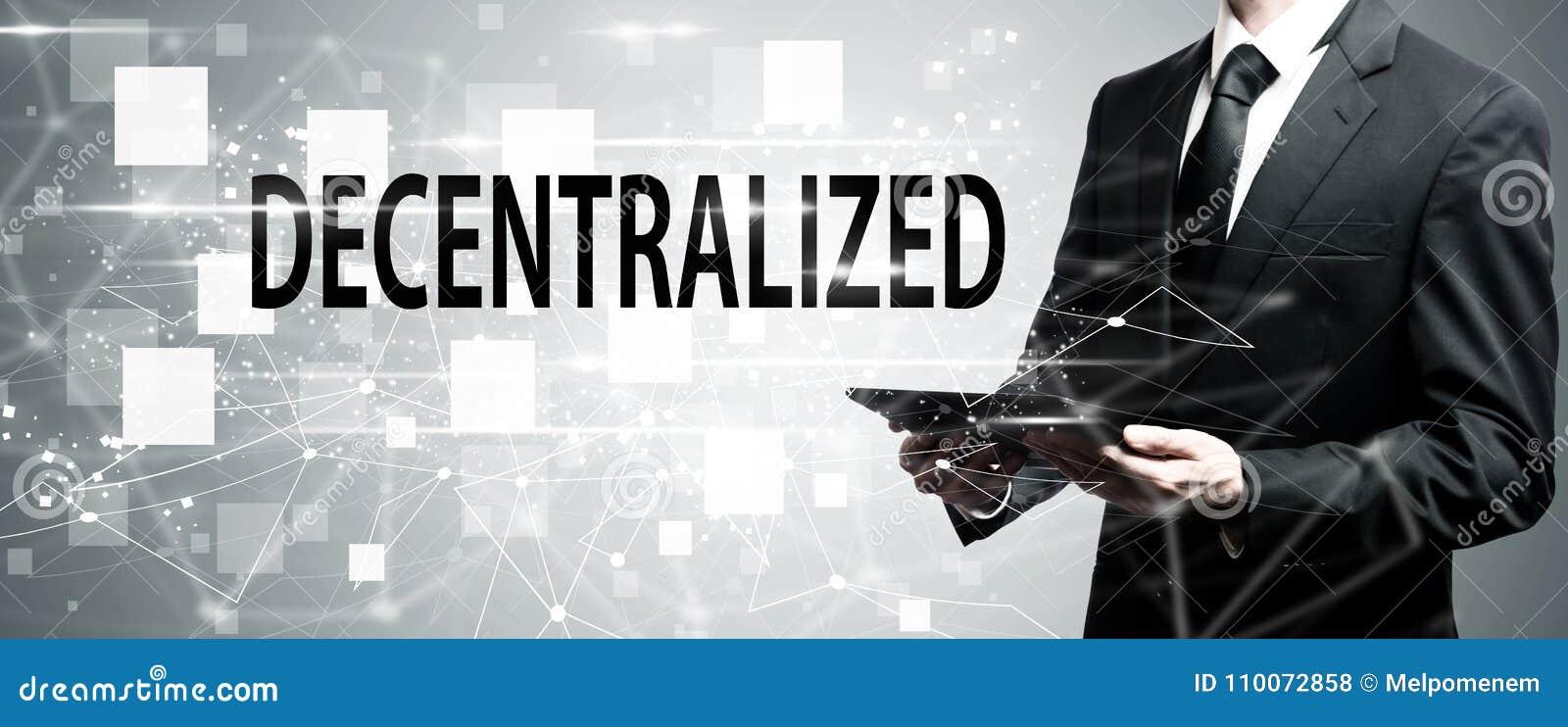Descentralizado com o homem que guarda o tablet pc