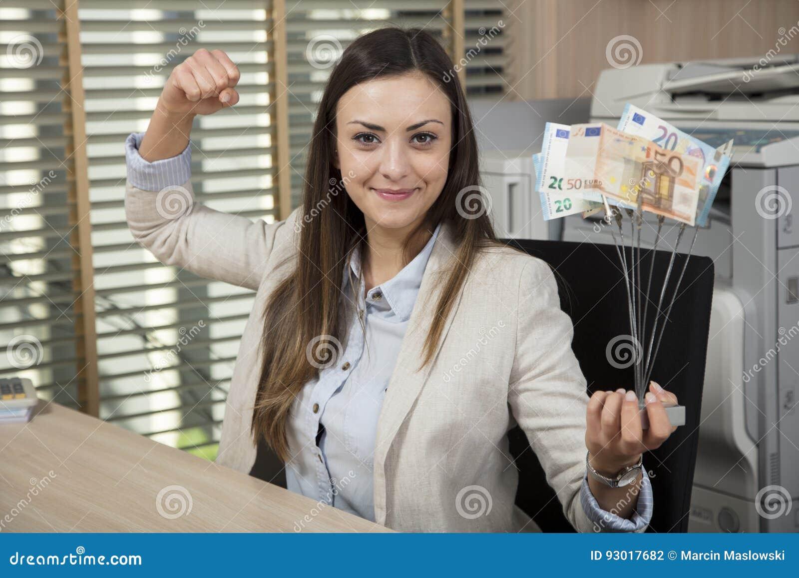 Descoberta do negócio, mulher de negócios que guarda um prêmio