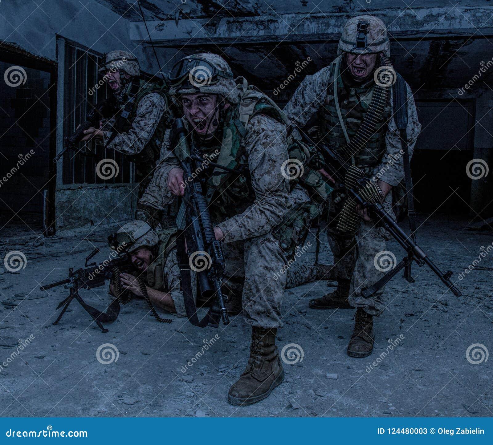 Descoberta dos lutadores do soldado de Marine Corps com firefight