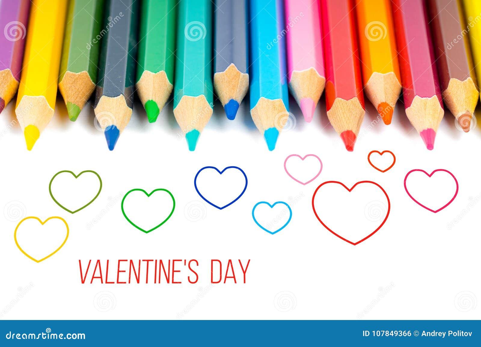 Descriva i cuori con le matite variopinte, carta del giorno del ` s del biglietto di S. Valentino