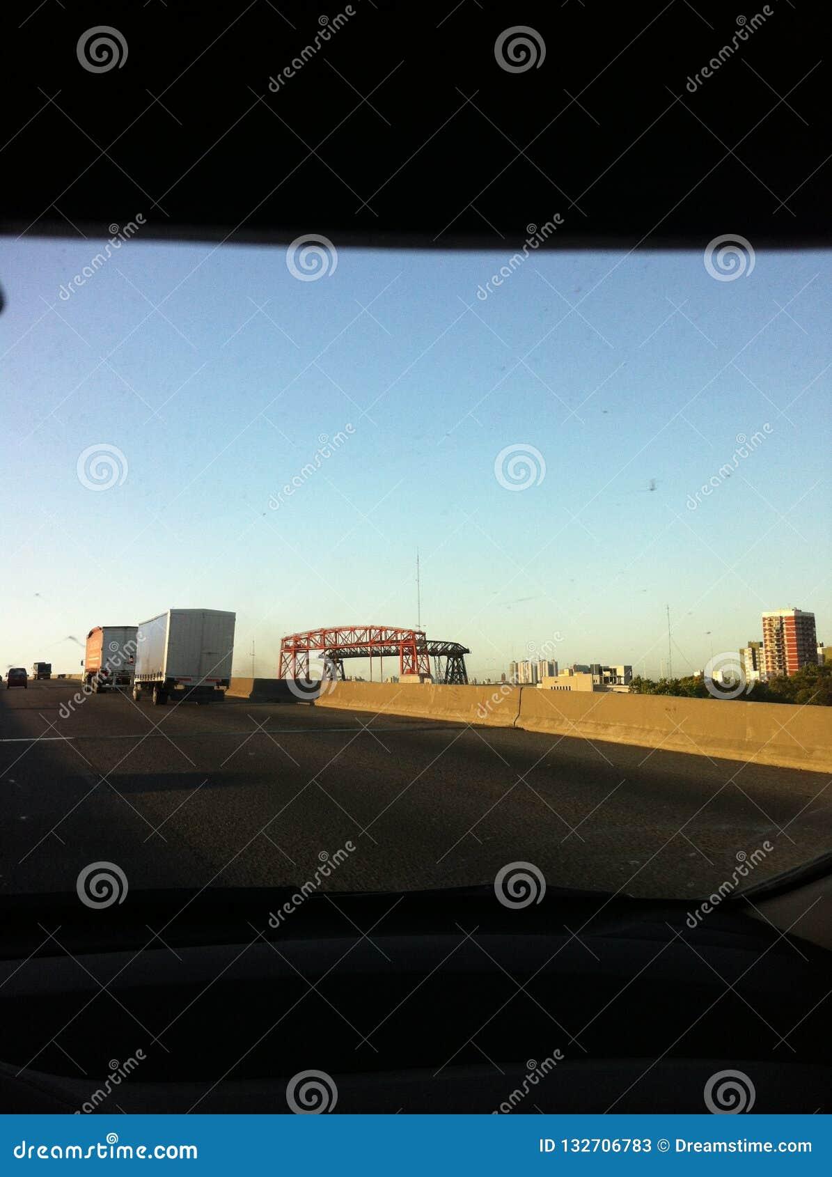 Desde lo lejos, se ve el puente de «los angeles Boca «