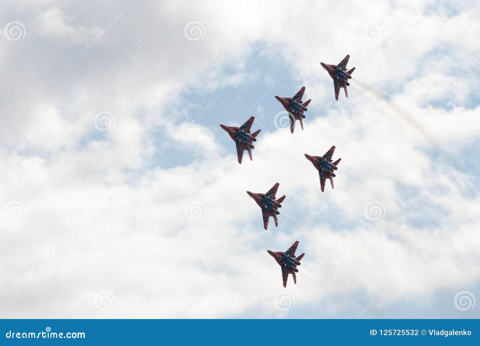 Desempenho da equipe aerobatic de Swifts nos lutadores MiG-29 altamente manobráveis de múltiplos propósitos sobre o aeródromo de