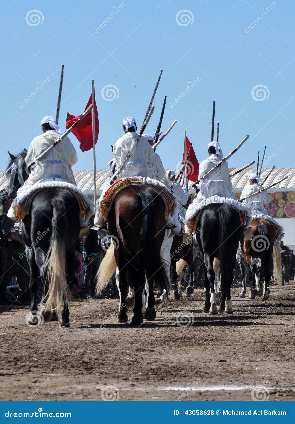 Desempenho da fantasia tradicional em Marrocos