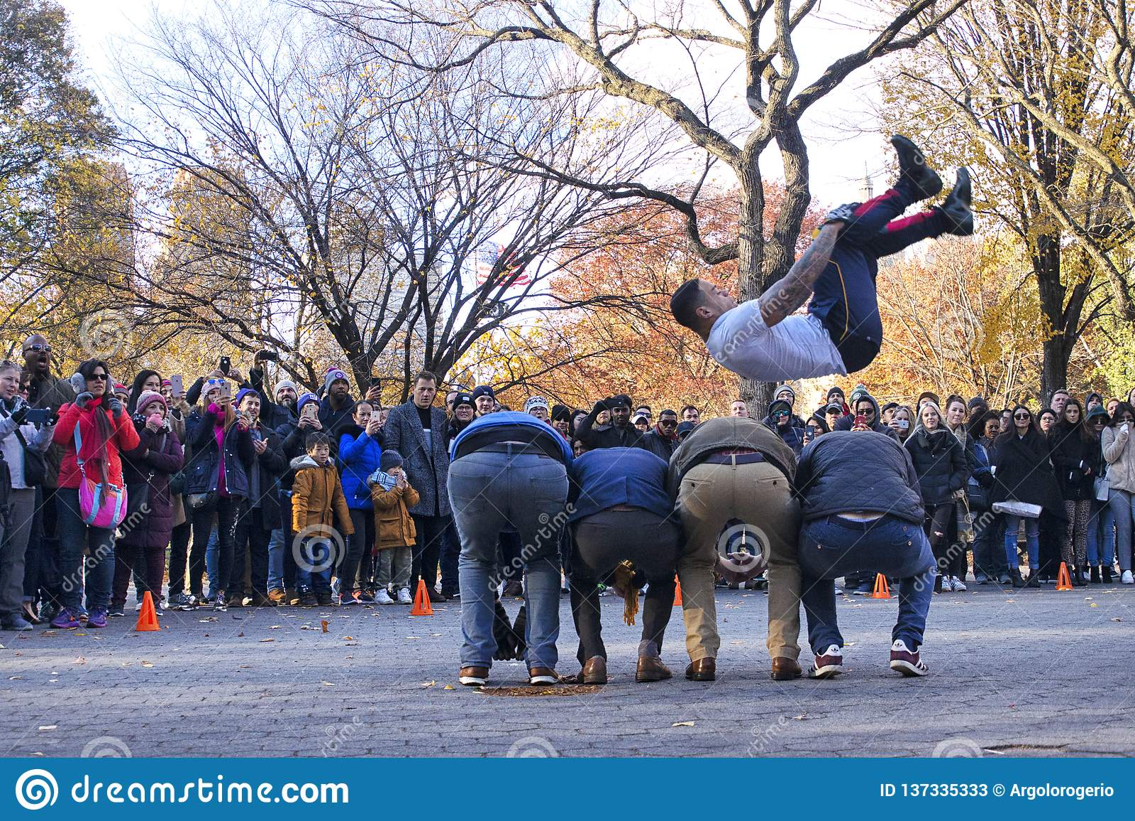 Desempenho da rua do salto em Central Park New York