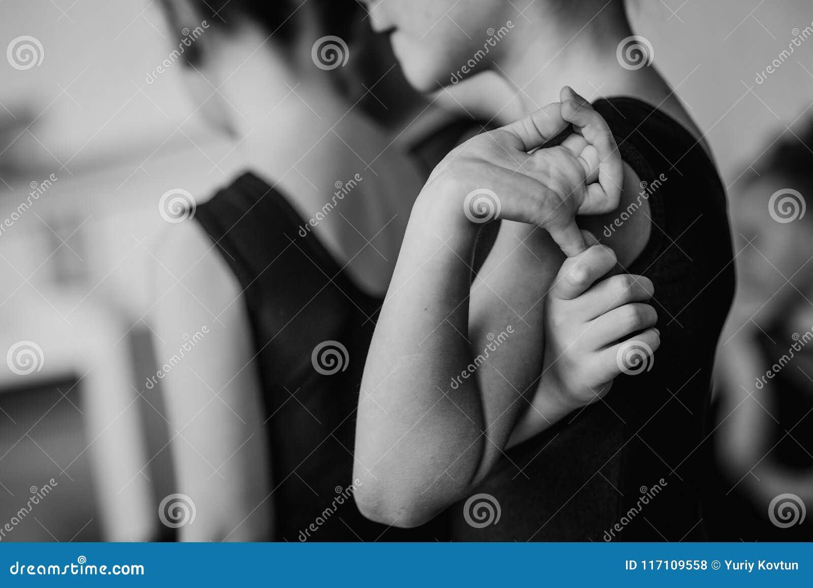 Desempenho de espera do dançarino da menina que experimenta esticando os braços