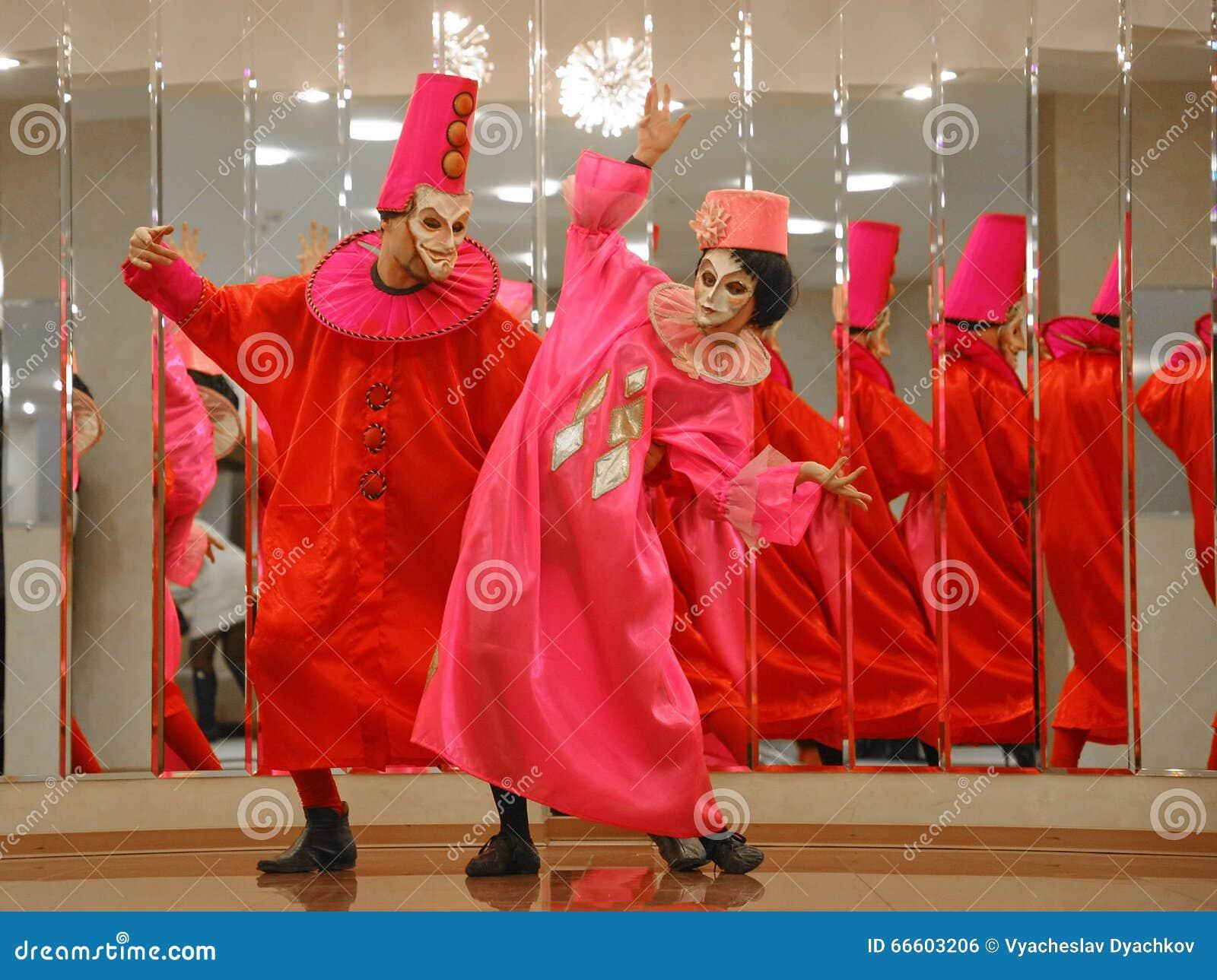 Desempenho dos atores do cavalheiro de vagueamento Pezho das bonecas do teatro no vestíbulo do lustre do teatro