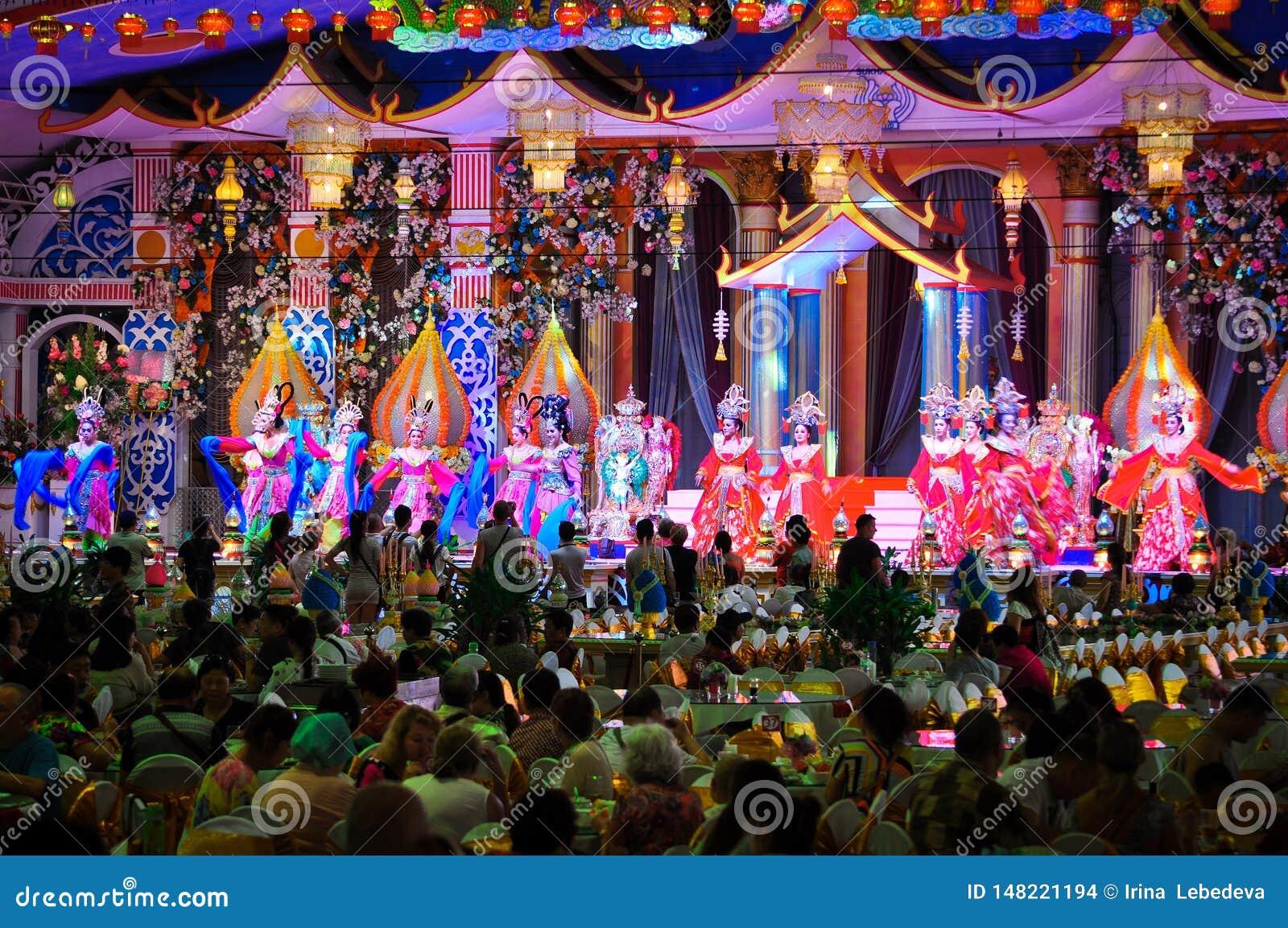 Desempenho teatral colorido das meninas em trajes bonitos em Tail?ndia, Pattaya