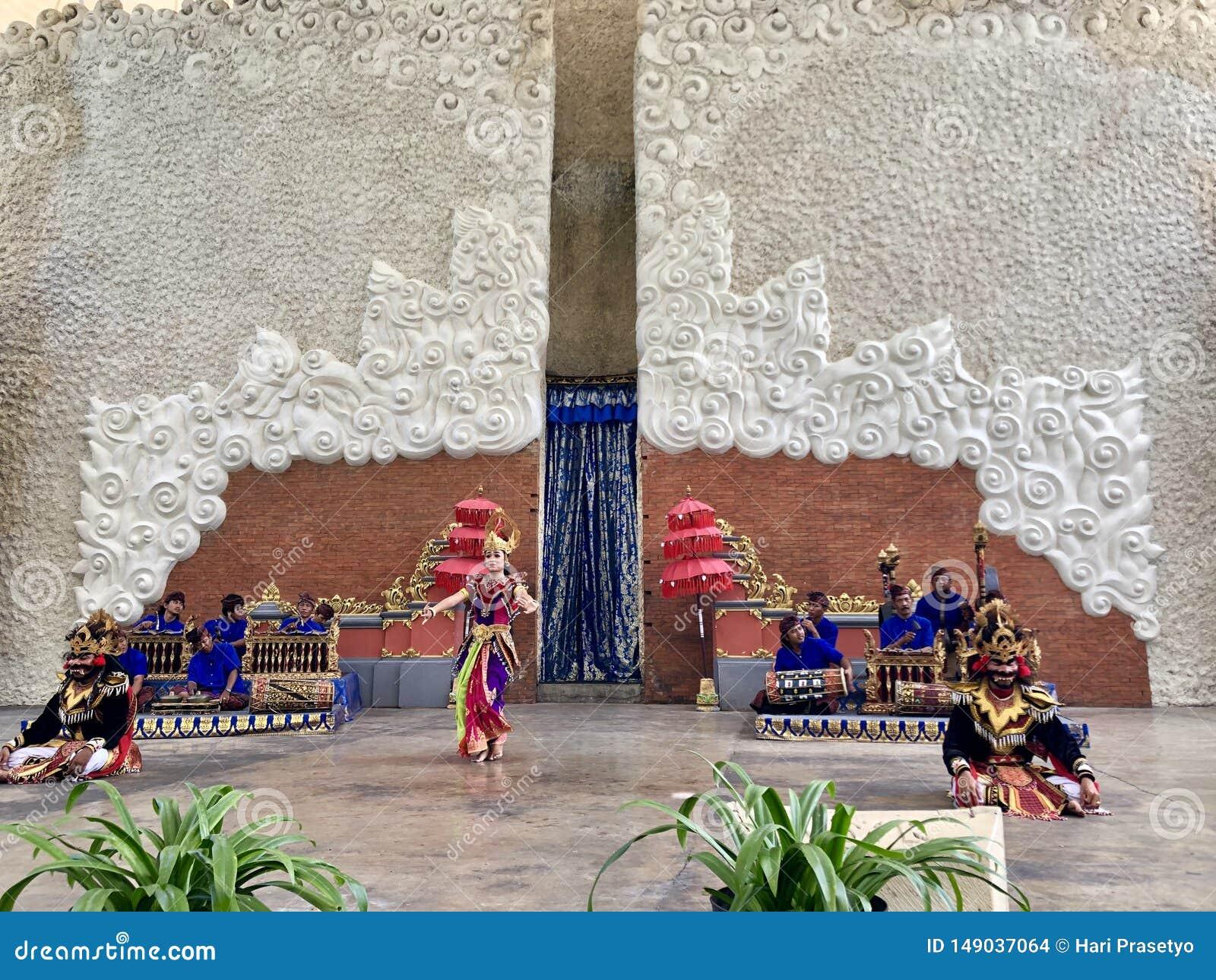 Desempenhos da dança do Balinese na fase na manhã em Garuda Wisnu Kencana GWK em Bali em Indonésia