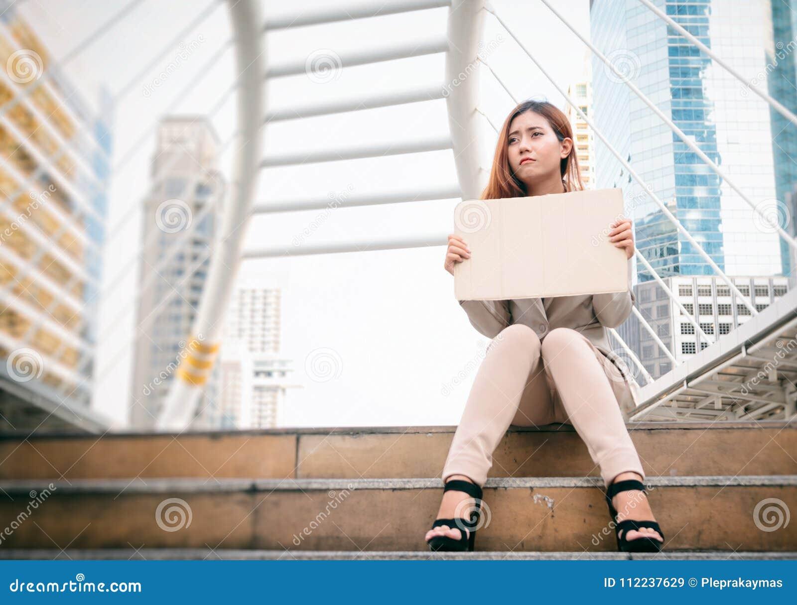 Desempleo empresaria con la muestra que busca un trabajo