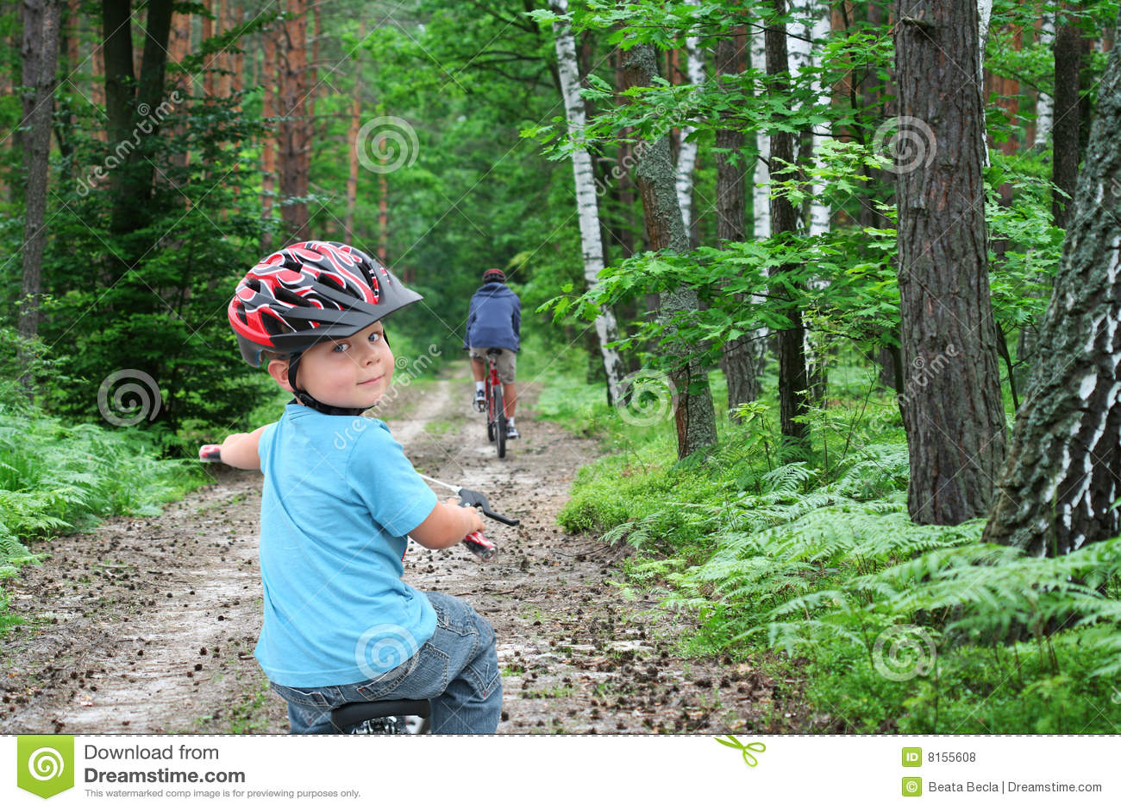 Desengate da bicicleta através da floresta