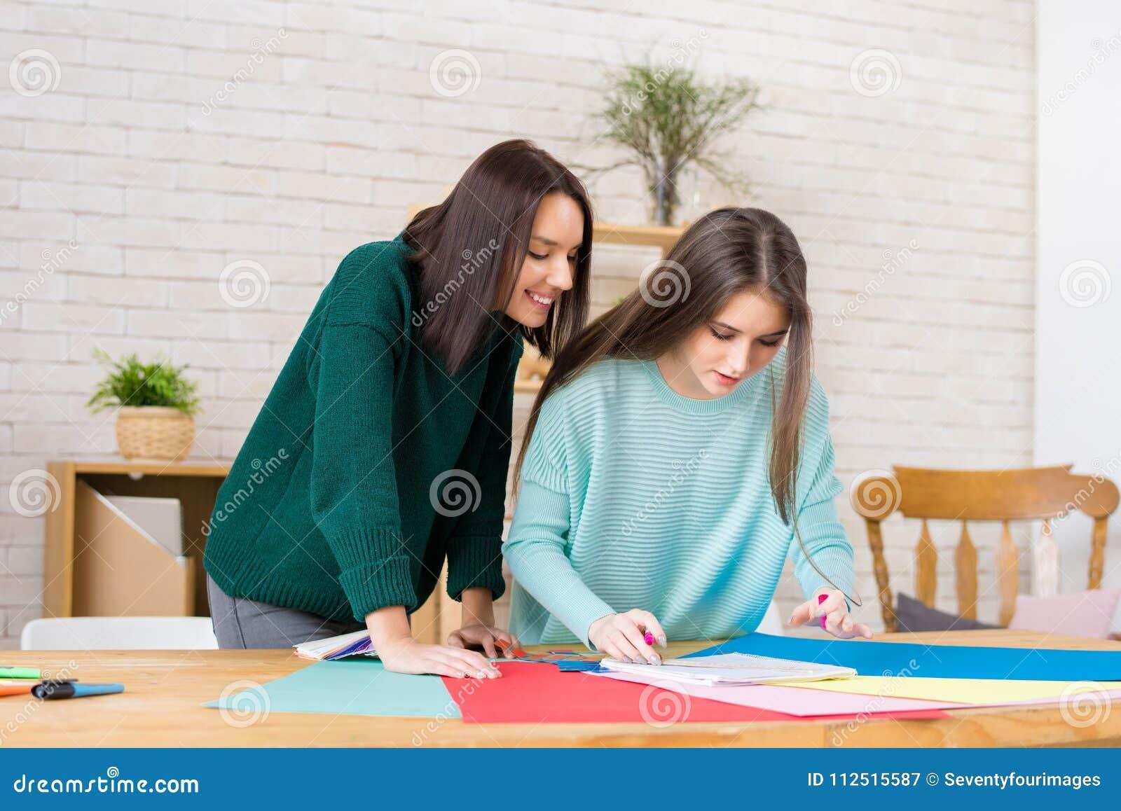 Desenhadores de moda envolvidos acima no trabalho