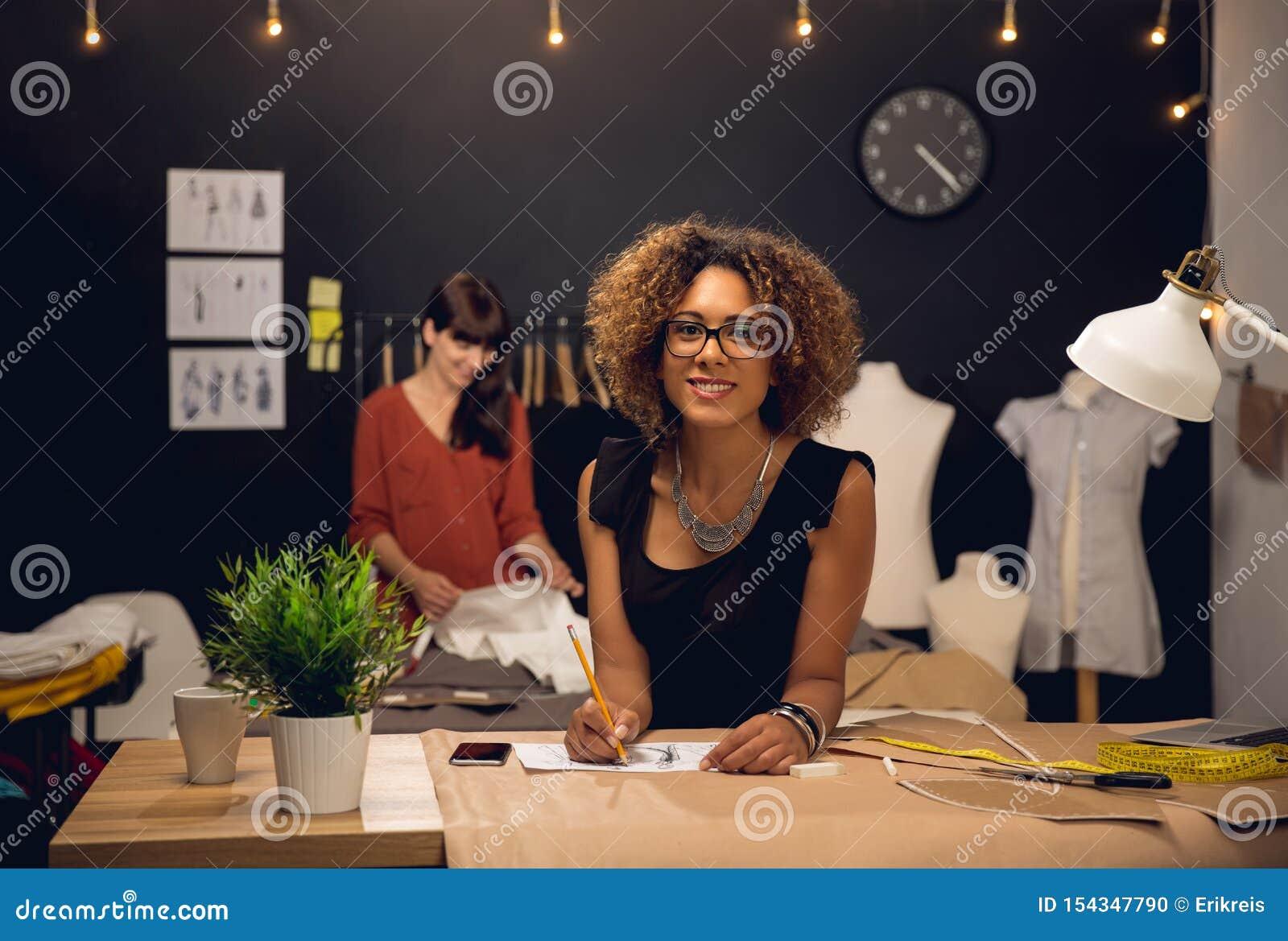 Desenhadores de moda que trabalham junto