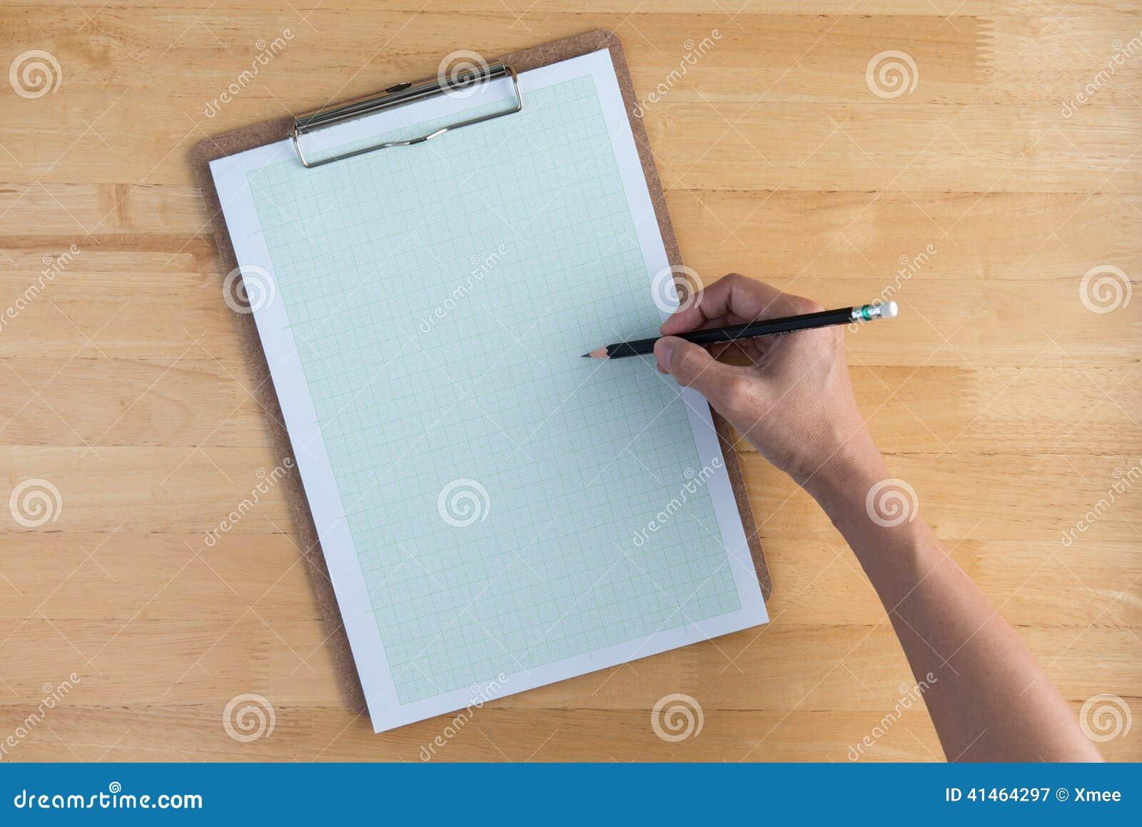 Desenhar no papel de gráfico com um lápis