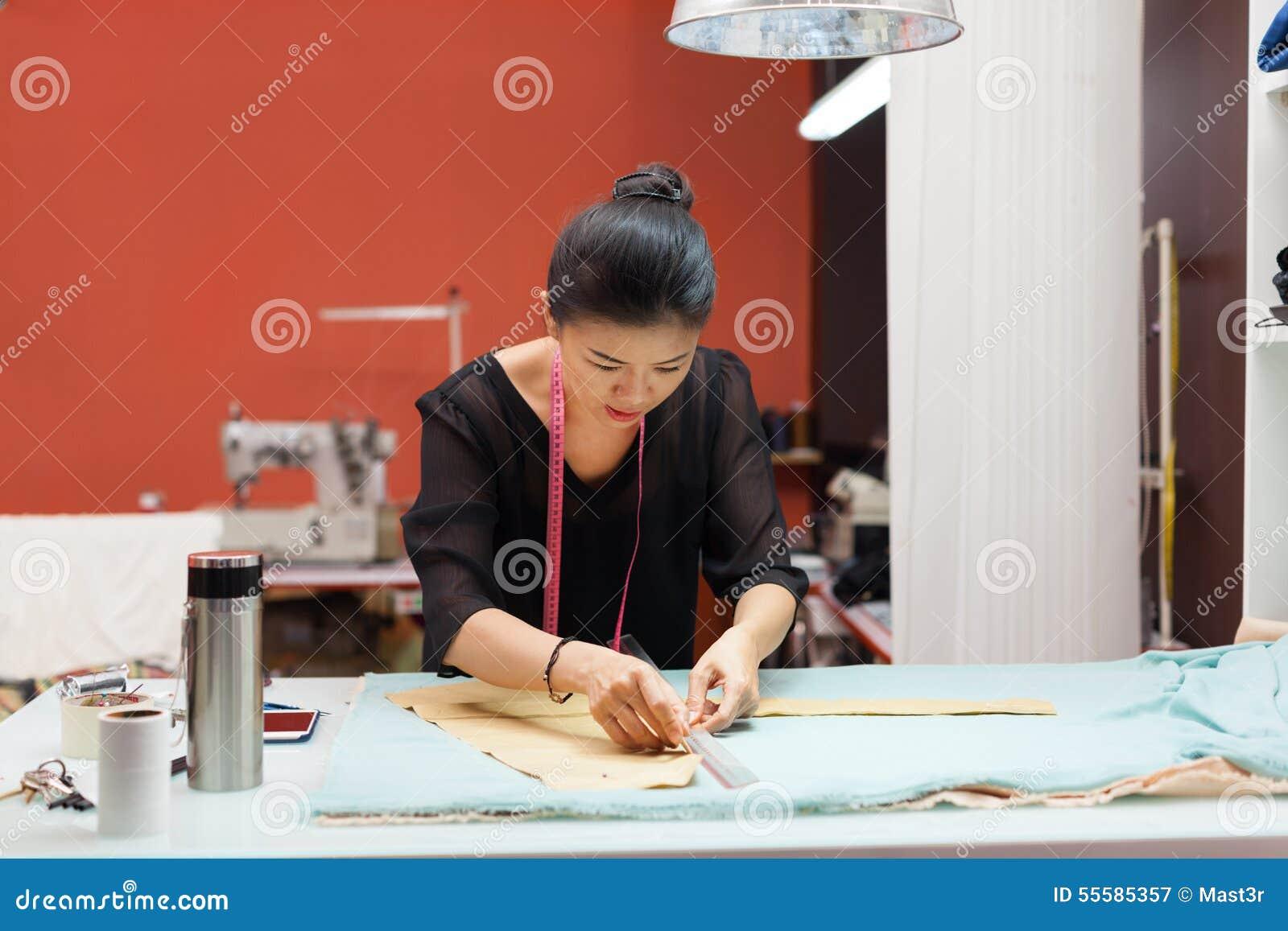 Desenhista asiático do vestido da roupa da forma do alfaiate da mulher