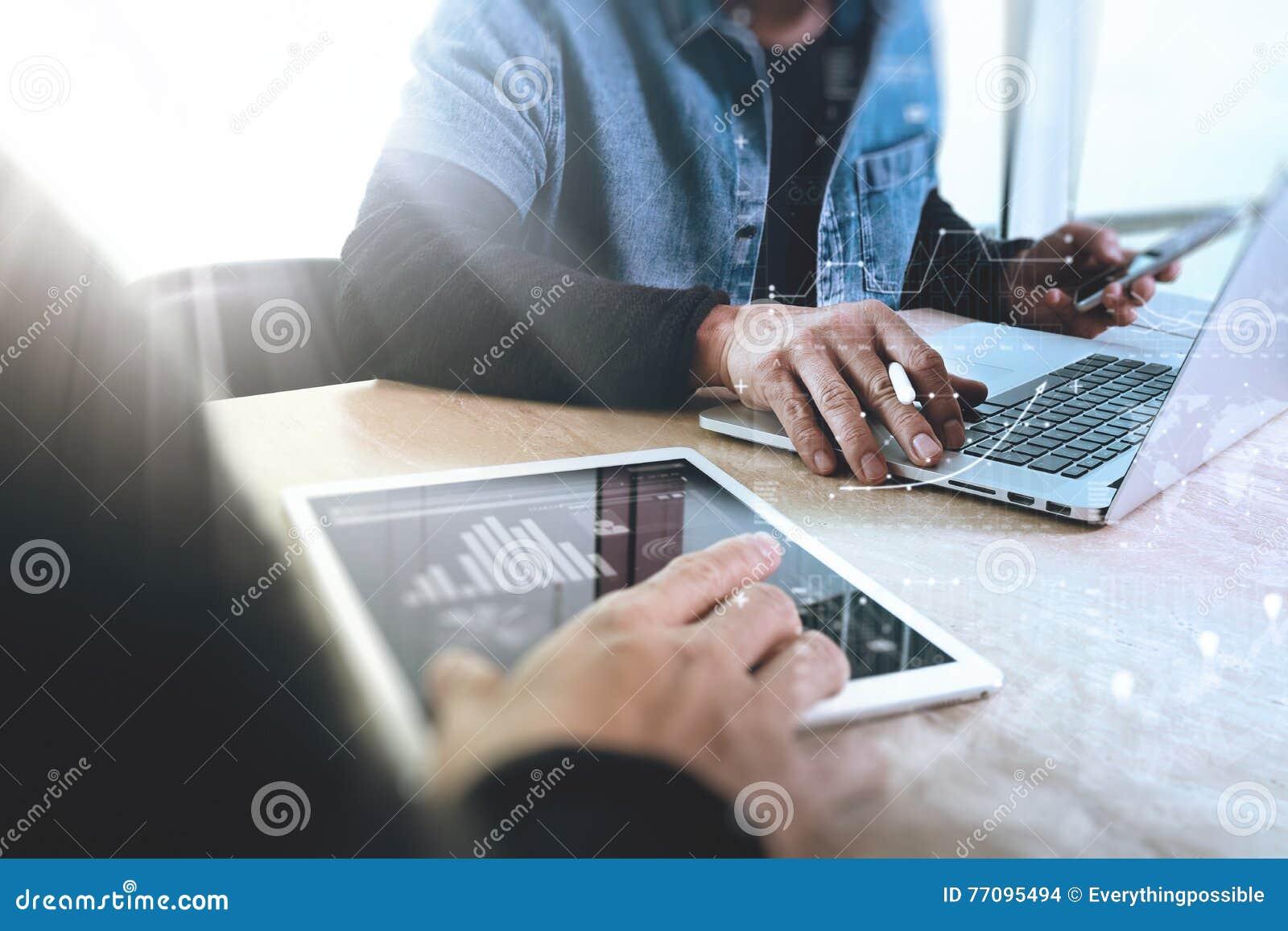 Desenhista da Web de dois colegas que discute os dados e a tabuleta digital