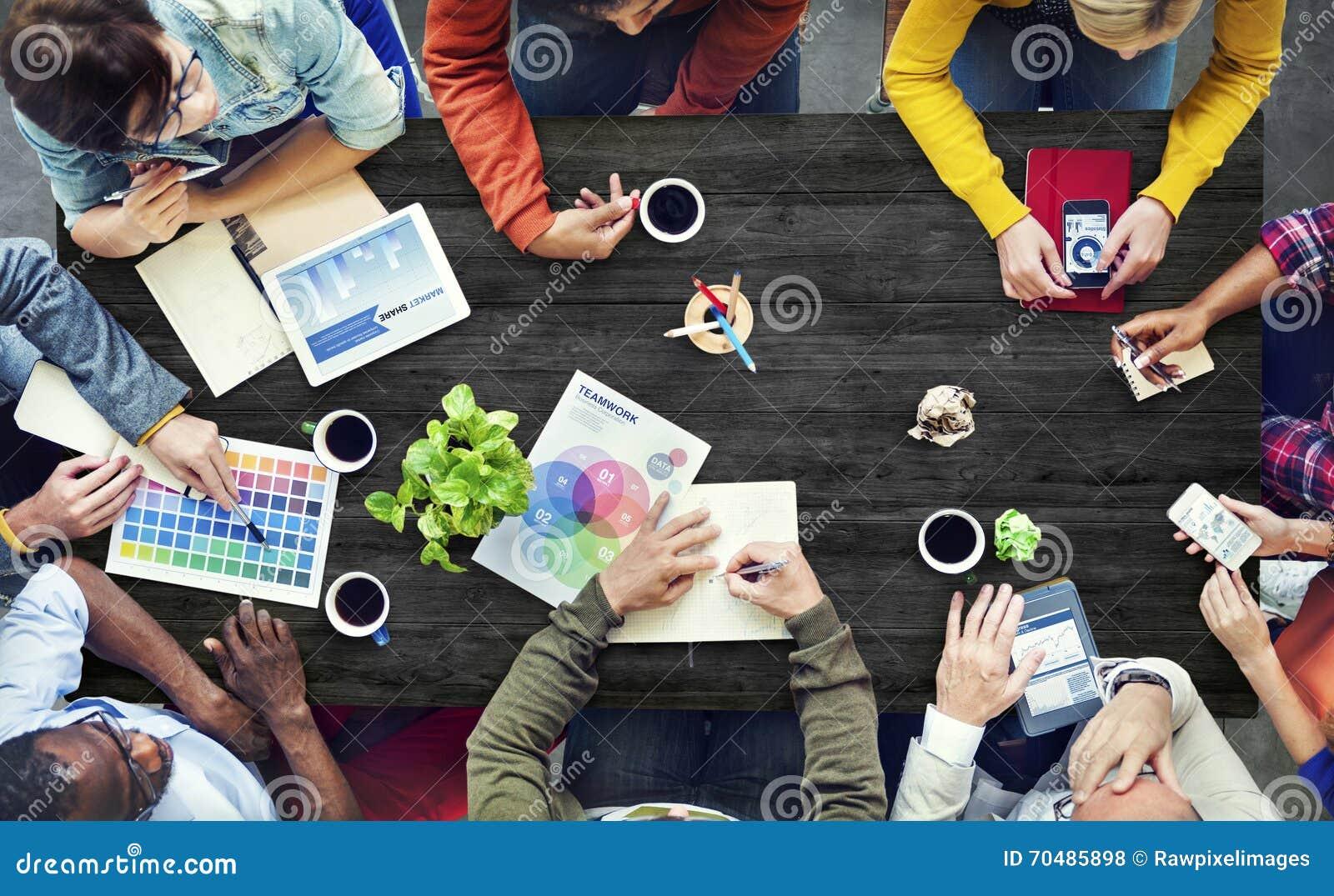 Desenhista multi-étnico Brainstorming Contemporary Concept