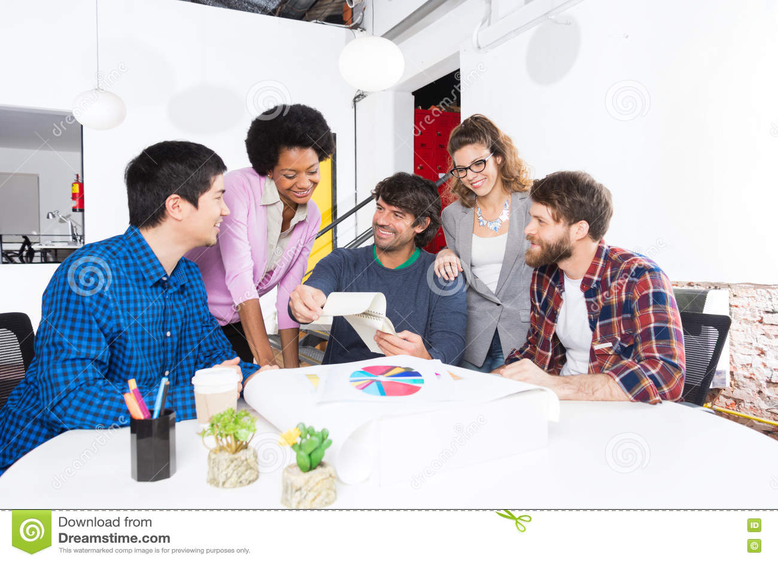 Desenhistas diversos dos empresários do grupo de raça da mistura do escritório dos povos