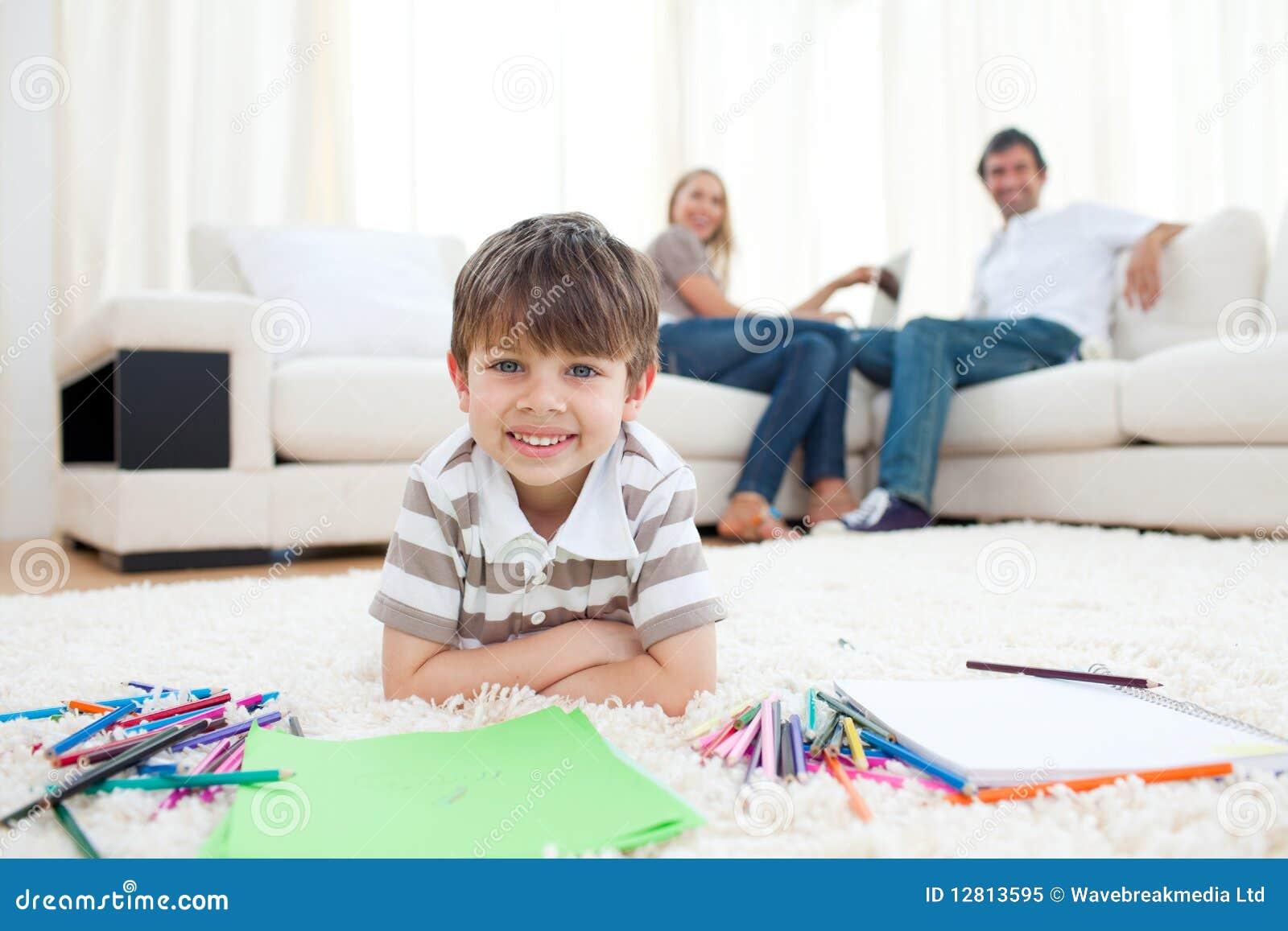 Desenho adorável do rapaz pequeno que encontra-se no assoalho
