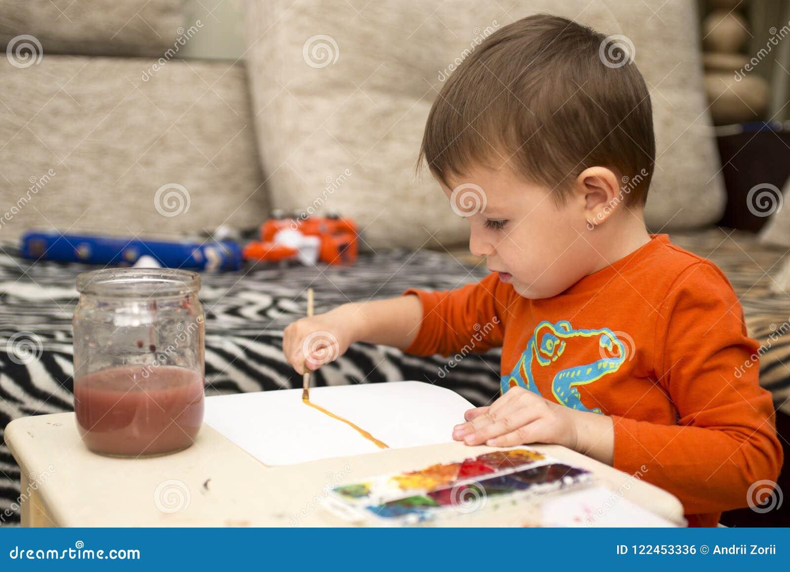 Desenho alegre feliz da criança com escova usando ferramentas de uma pintura Conceito da faculdade criadora crianças, crianças qu