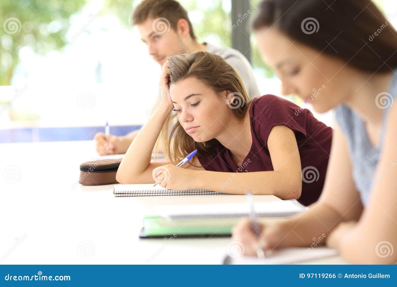 Desenho confundido do estudante durante uma classe