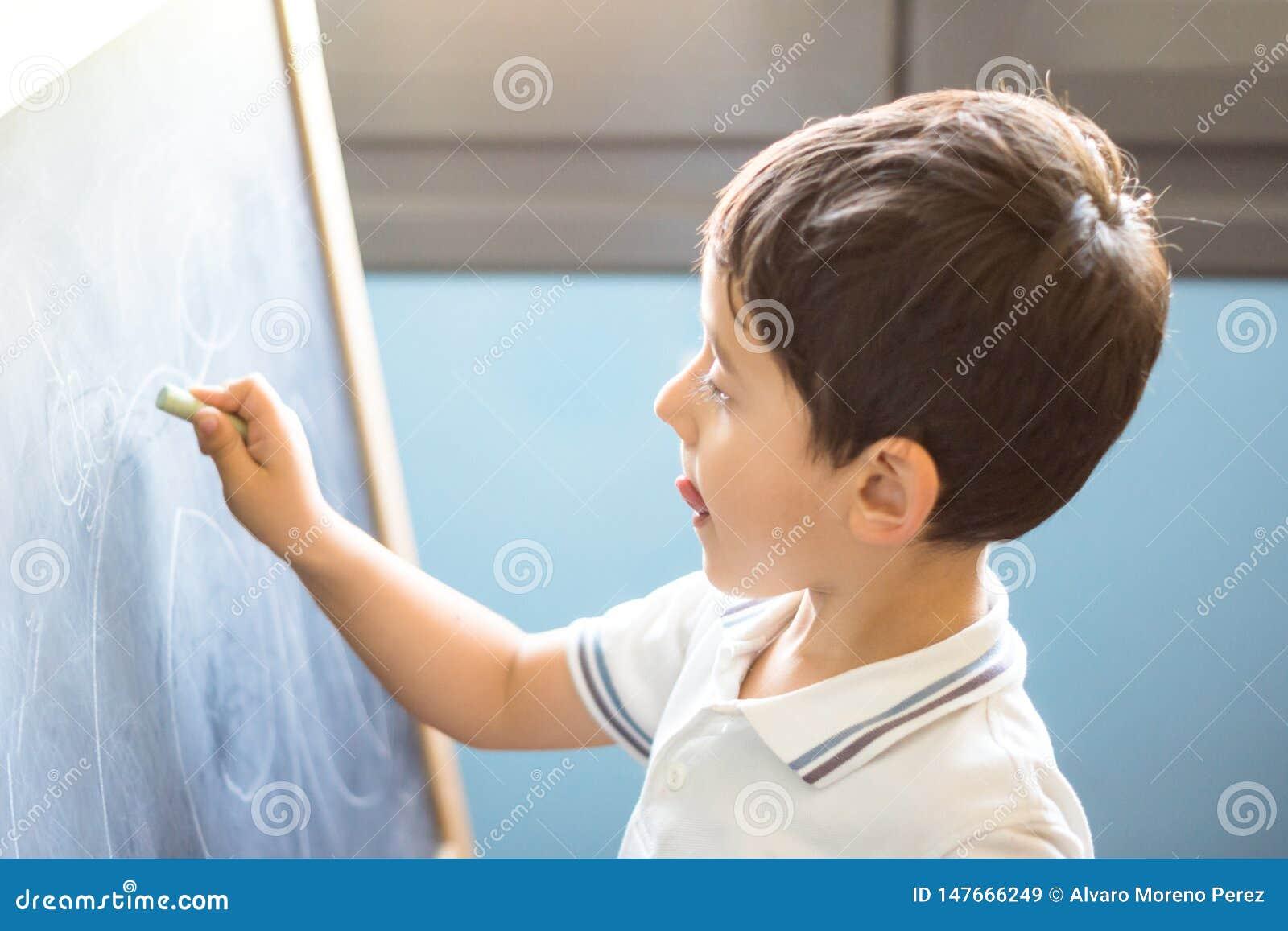 Desenho da criança no quadro-negro