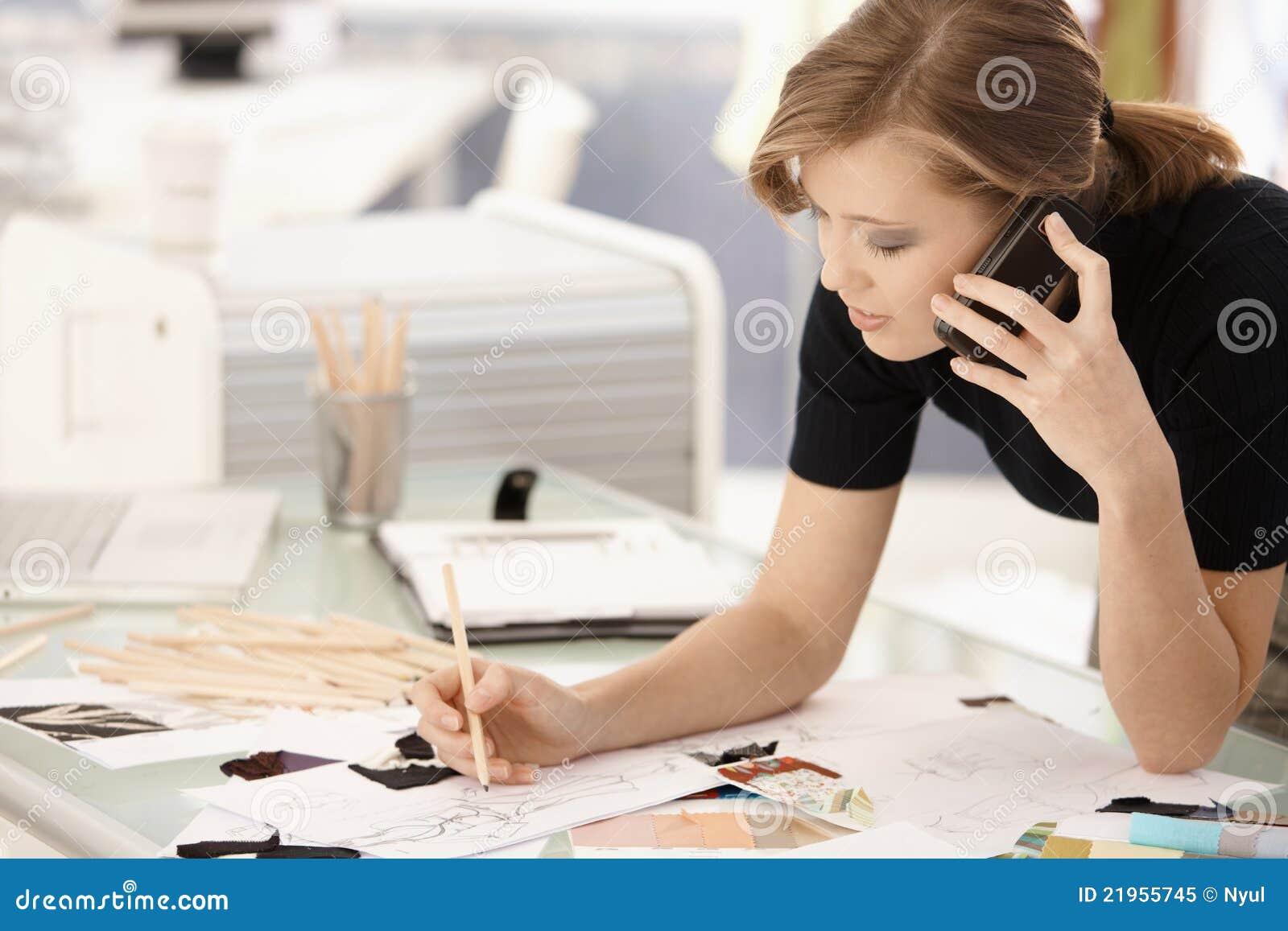 Desenho do desenhador de moda na mesa