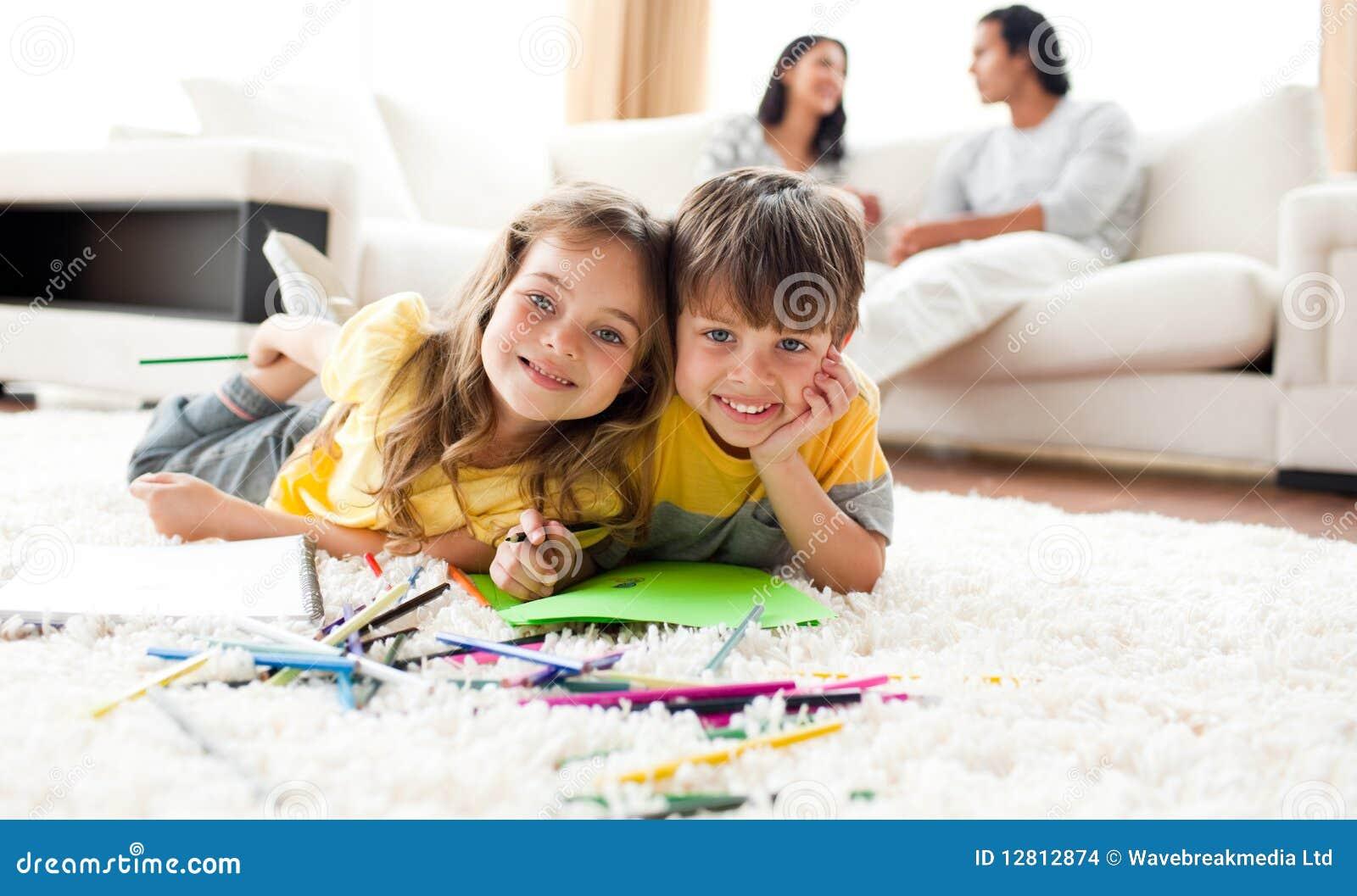 Desenho do irmão e da irmã que encontra-se no assoalho