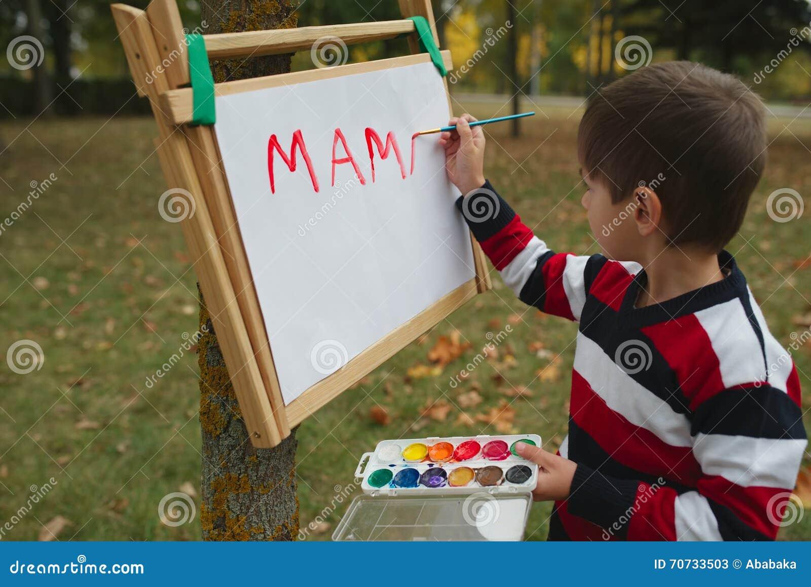 Desenho feliz pequeno do menino no parque