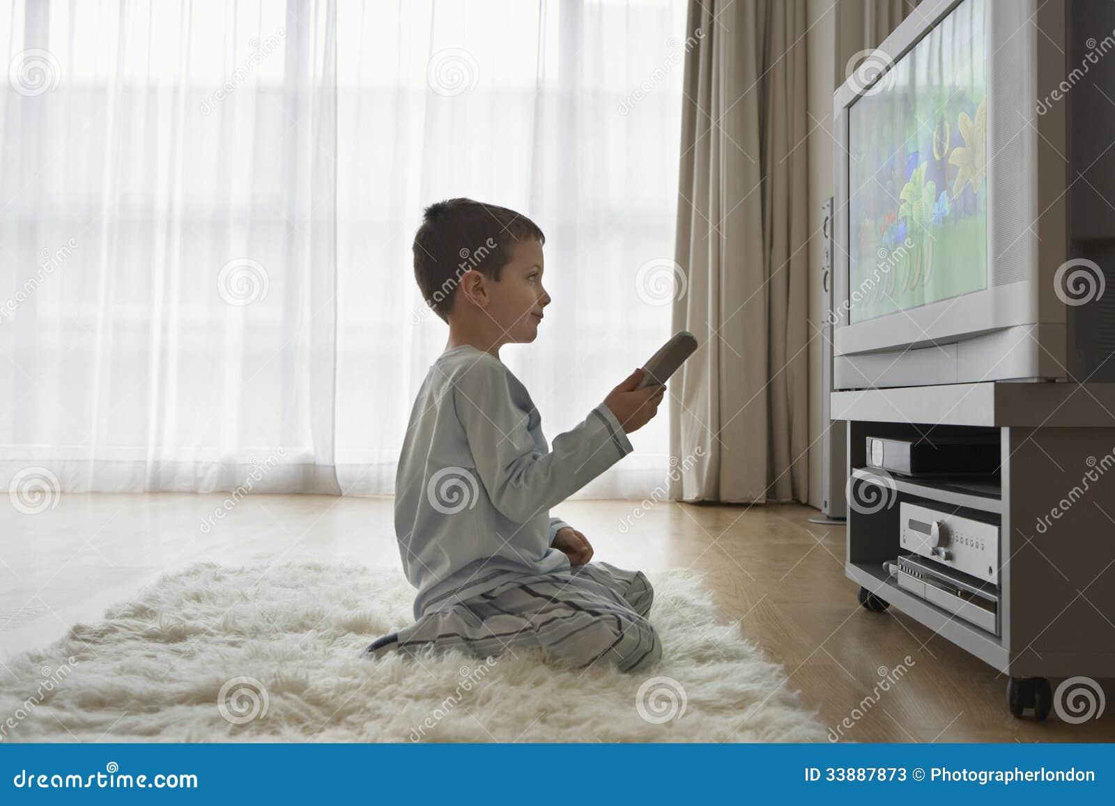 Desenhos animados de observação do menino na tevê