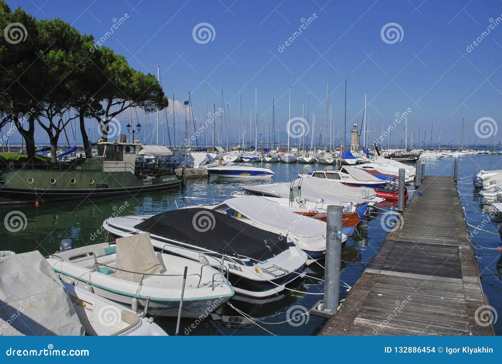 Desenzano del Garda Italien, fartyg står på pir