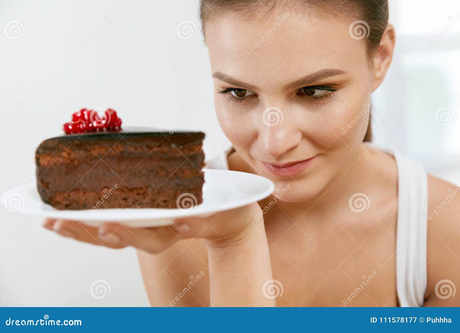 Deser Kobieta je czekoladowego tort
