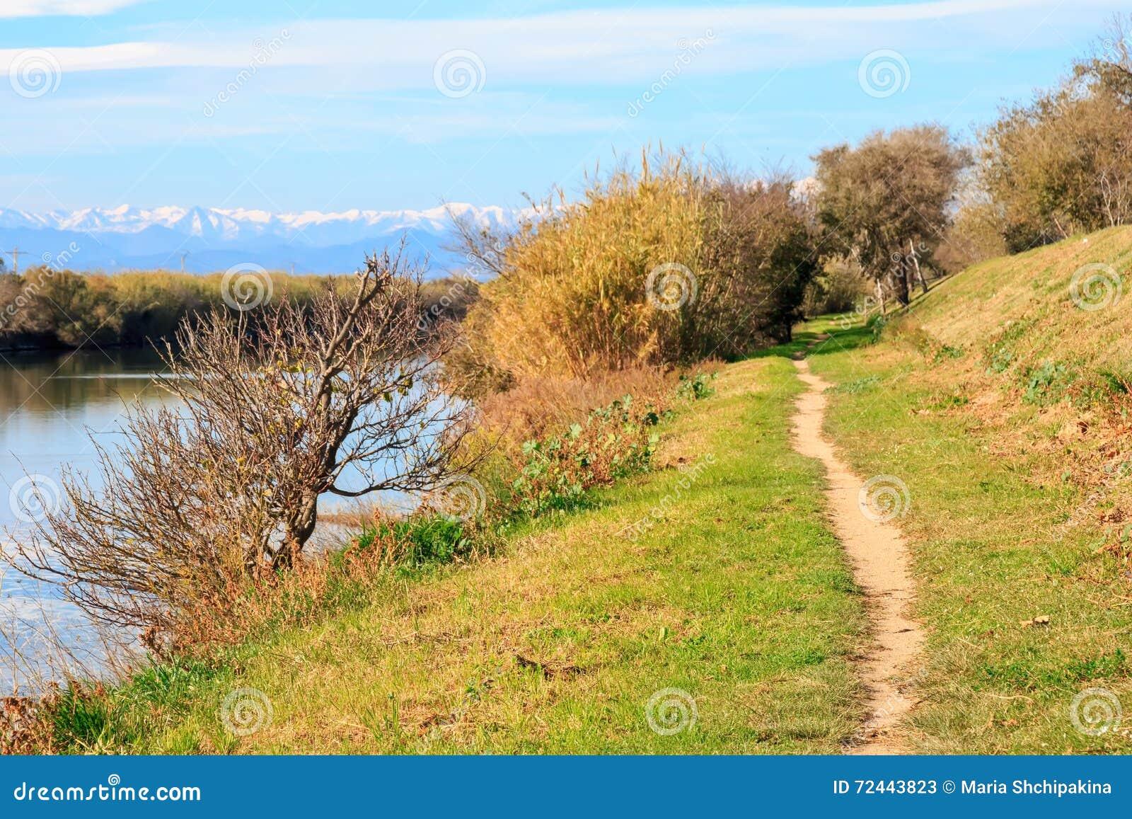 Deserted augmentant le chemin avec les crêtes de montagnes neigeuses à l arrière-plan