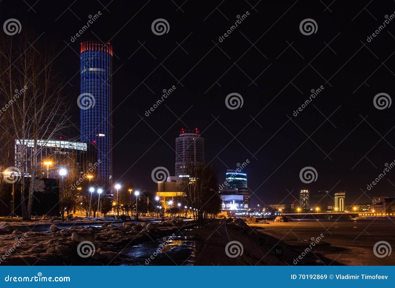 Deserterade ljus för vinter för Yekaterinburg centrumnatt