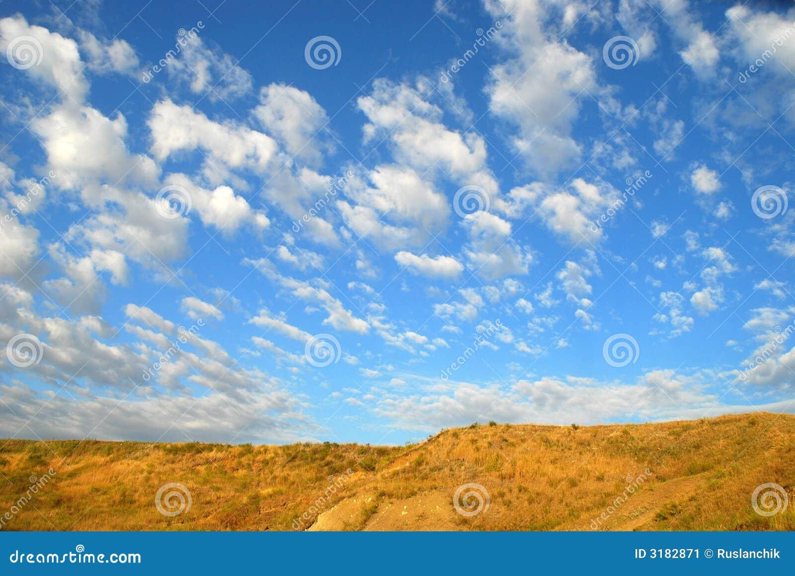 Deserto e céu azul
