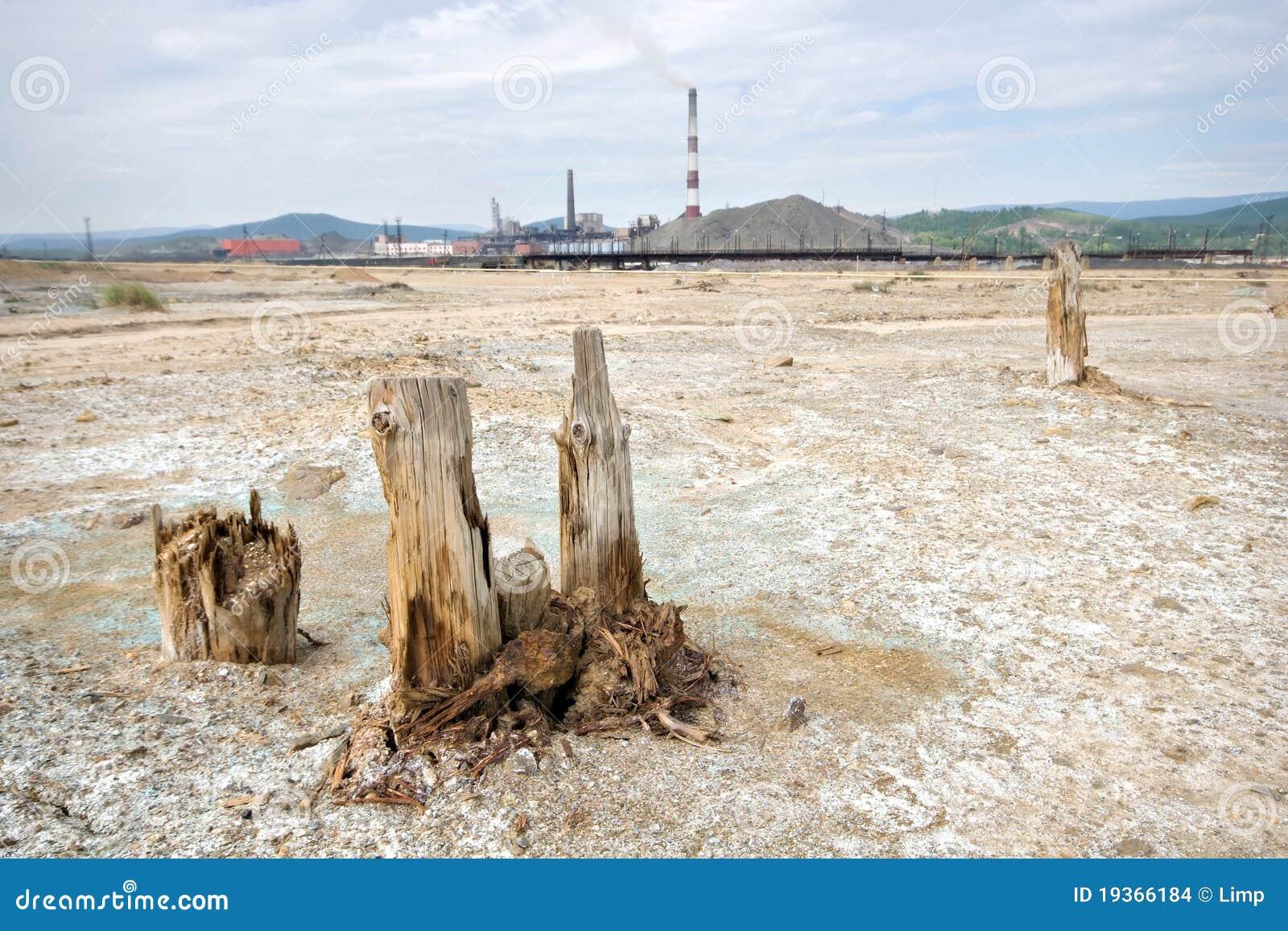 Deserto ecológico inoperante perto do moinho de cobre de Karabash.