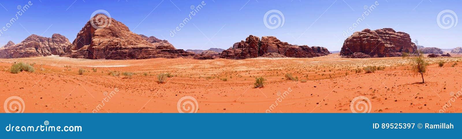 Deserto vermelho da areia da vista panorâmica cênico bonita do cenário e paisagem antiga das montanhas do arenito em Wadi Rum, Jo