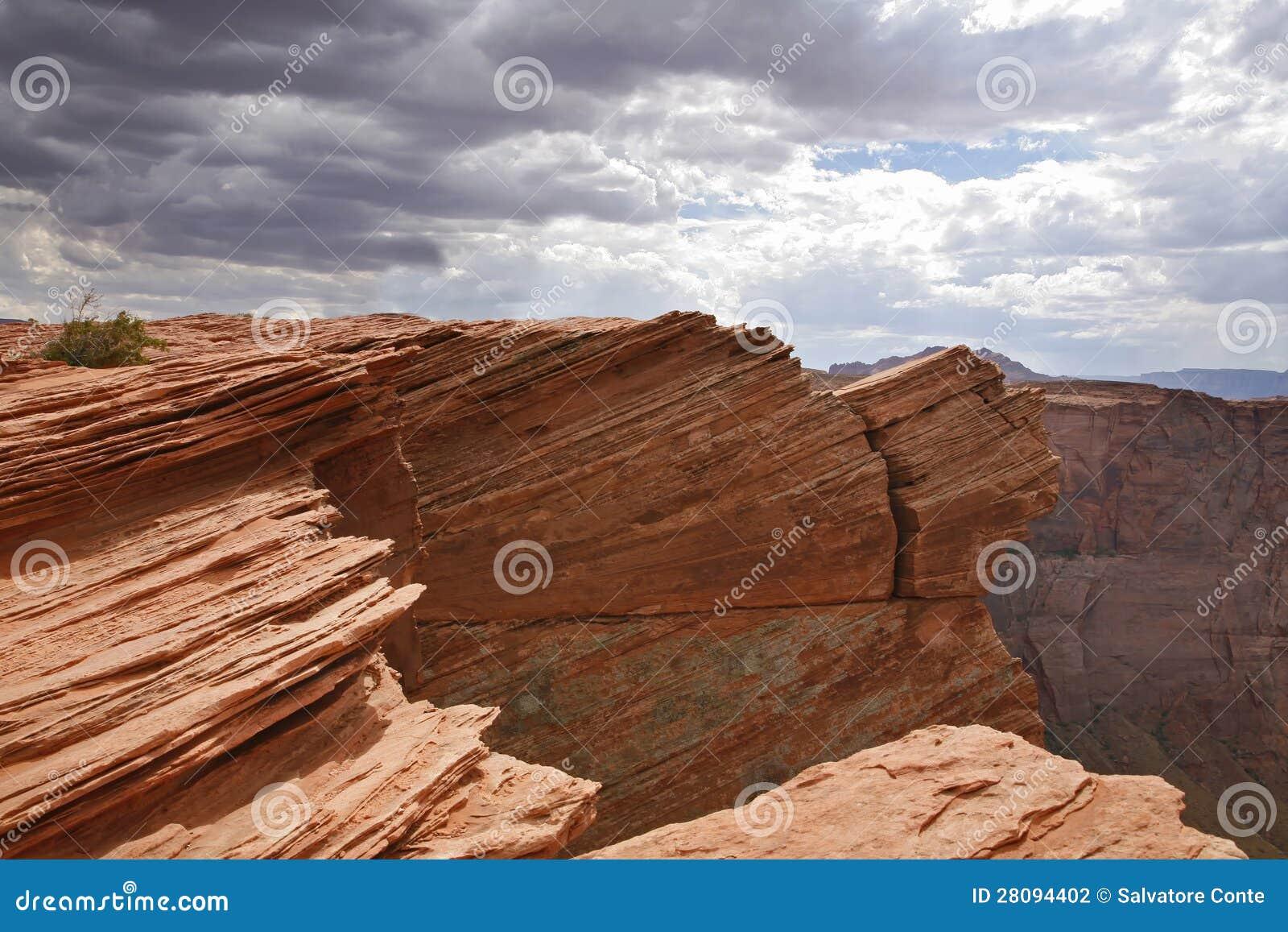 Deserto vermelho e céu nebuloso, página - o Arizona