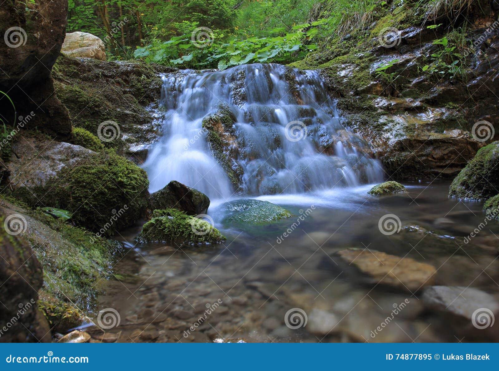 Desfiladeiro com a cachoeira em Lesser Fatra