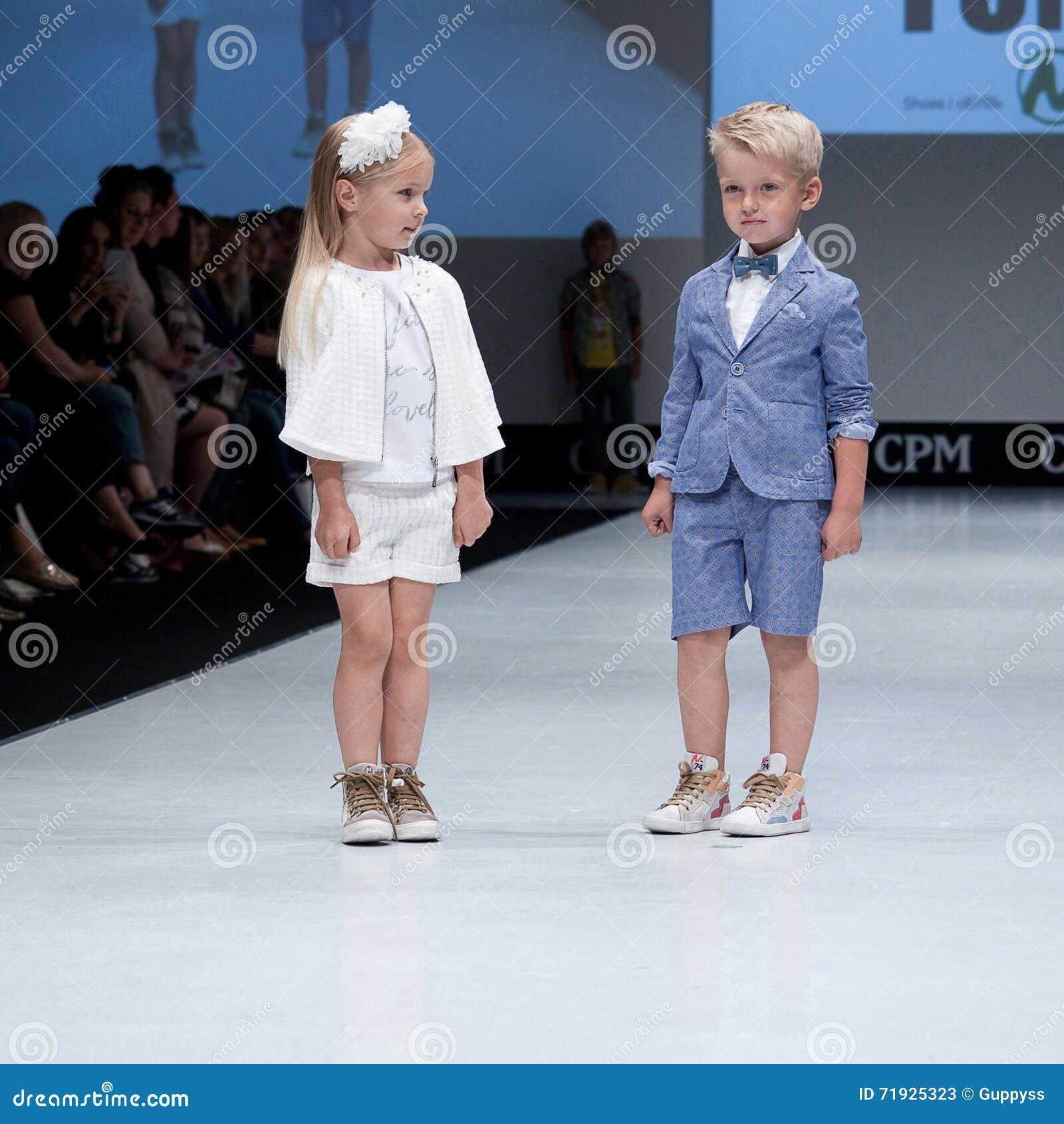 Desfile de moda Niños, muchacha en el podio